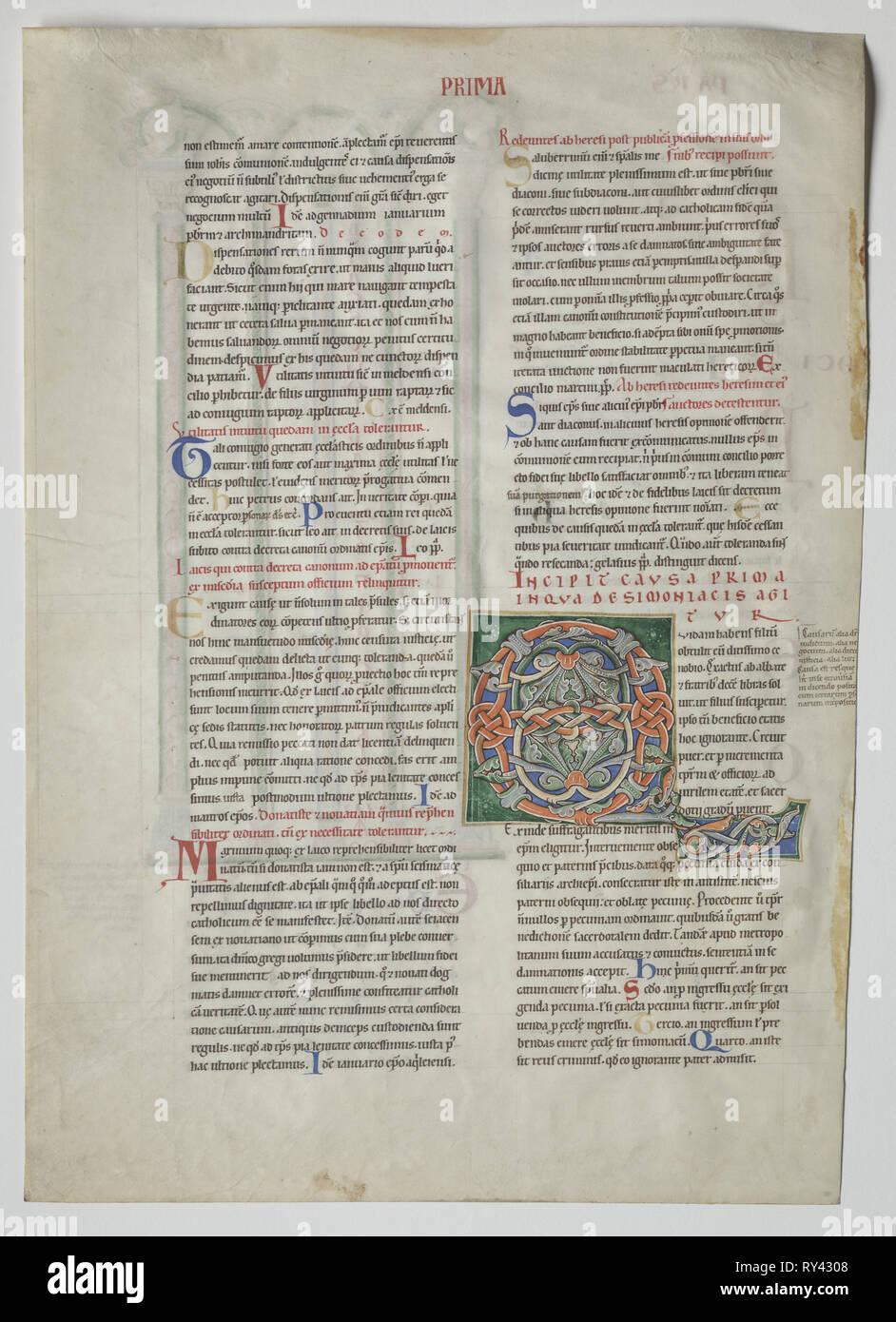 A singolo battente da un Decretum da Graziano: decorate iniziale di Q[uidam habens filium obtulit], c. 1160-1165. Francia, Borgogna, Arcidiocesi di Sens, Abbazia di Pontigny, del XII secolo. Inchiostro e tempera su carta pergamena; foglio: 44,8 x 32 cm (17 5/8 x 12 5/8 in.); incorniciato: 63,5 x 48,3 cm (25 x 19 in.); mascherino: 55,9 x 40,6 cm (22 x 16 Foto Stock