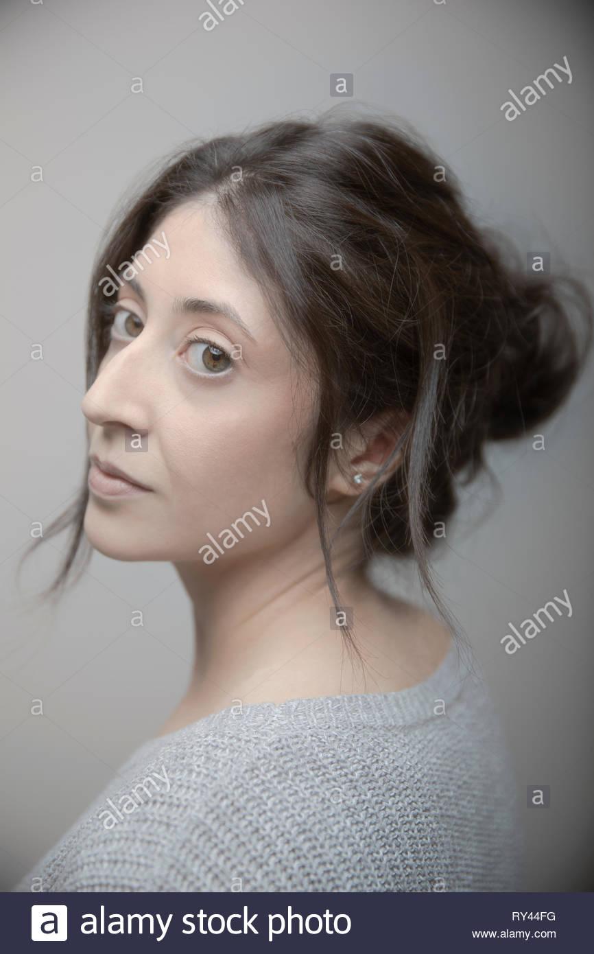 Ritratto fiducioso bella bruna Latina donna con occhi marroni Immagini Stock