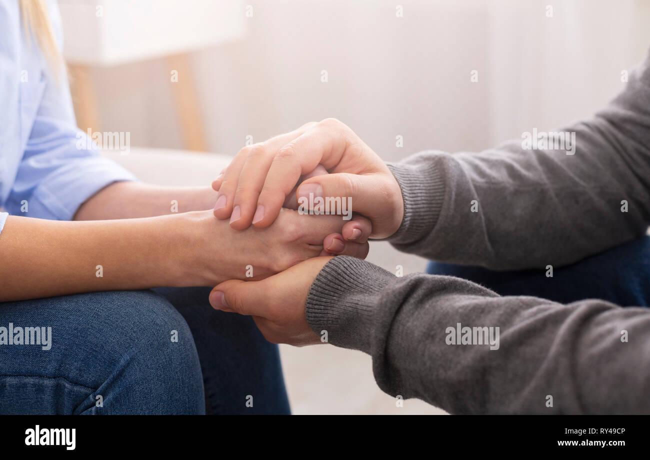 Psichiatra consulenza per il suo paziente mani durante la terapia Immagini Stock