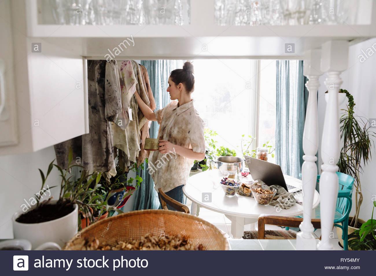 Artista femminile abbigliamento di tintura con fiori secchi Immagini Stock