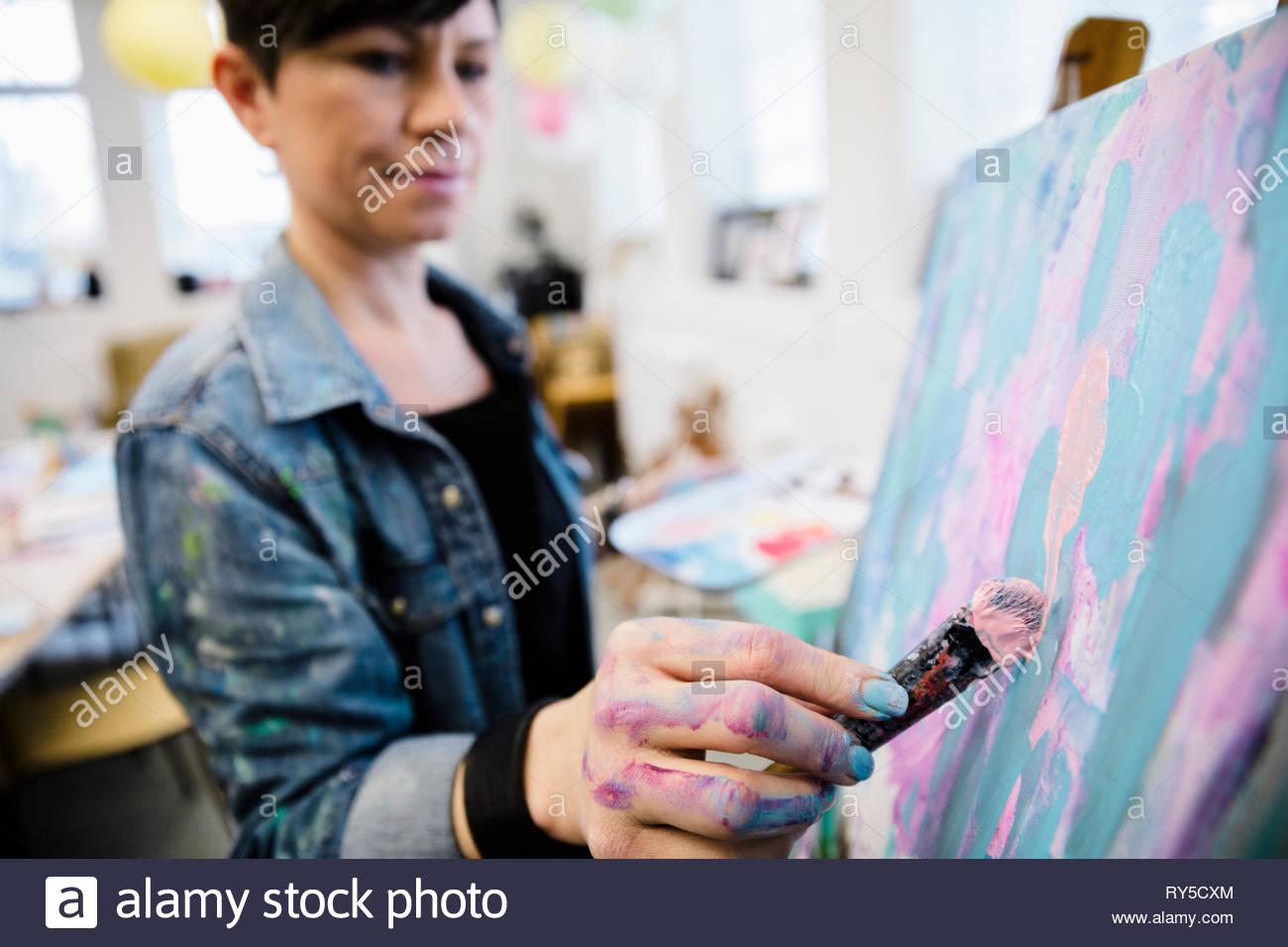 Artista femminile pittura in studio Immagini Stock