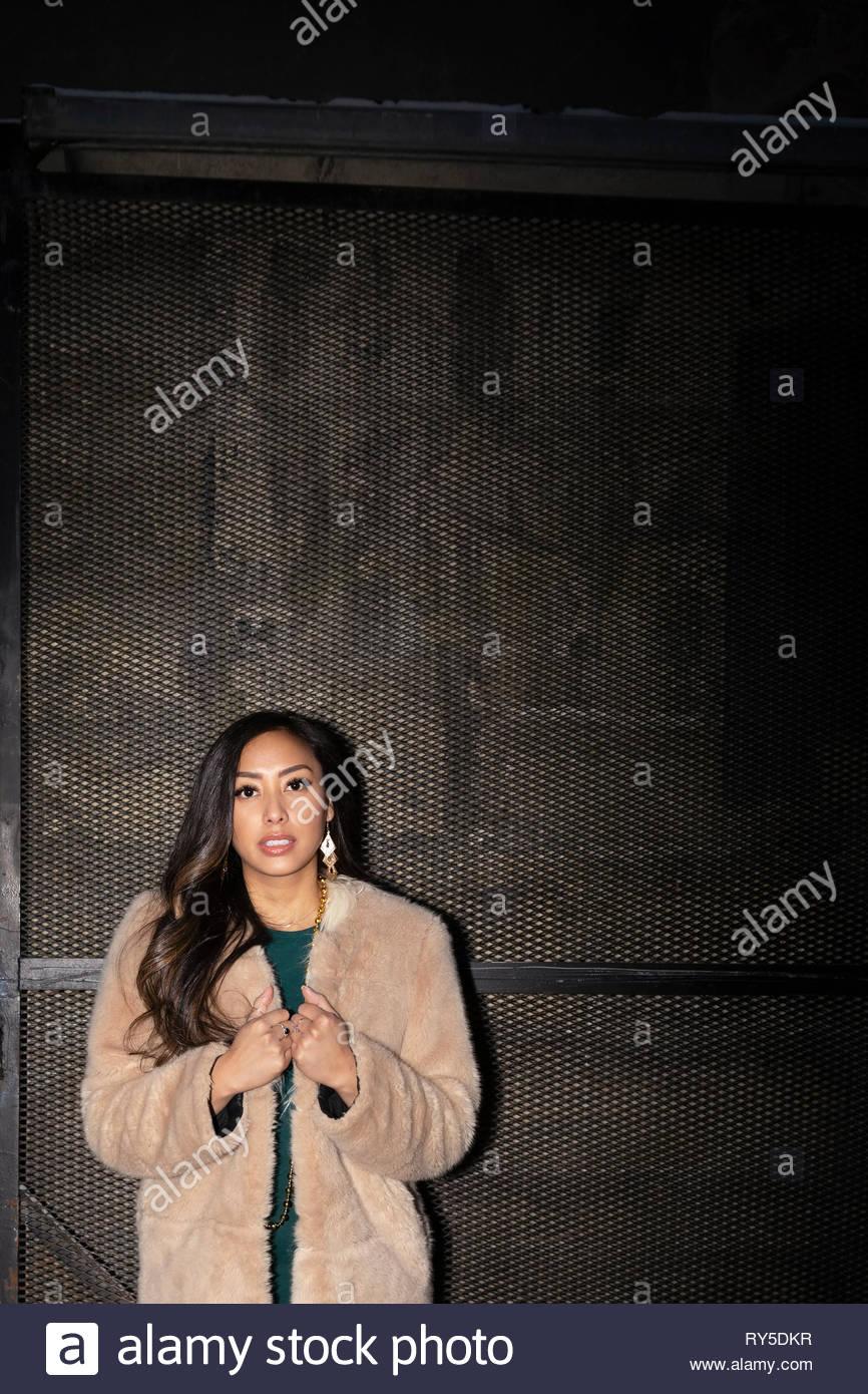 Ritratto di donna fiducioso nel caldo cappotto Immagini Stock