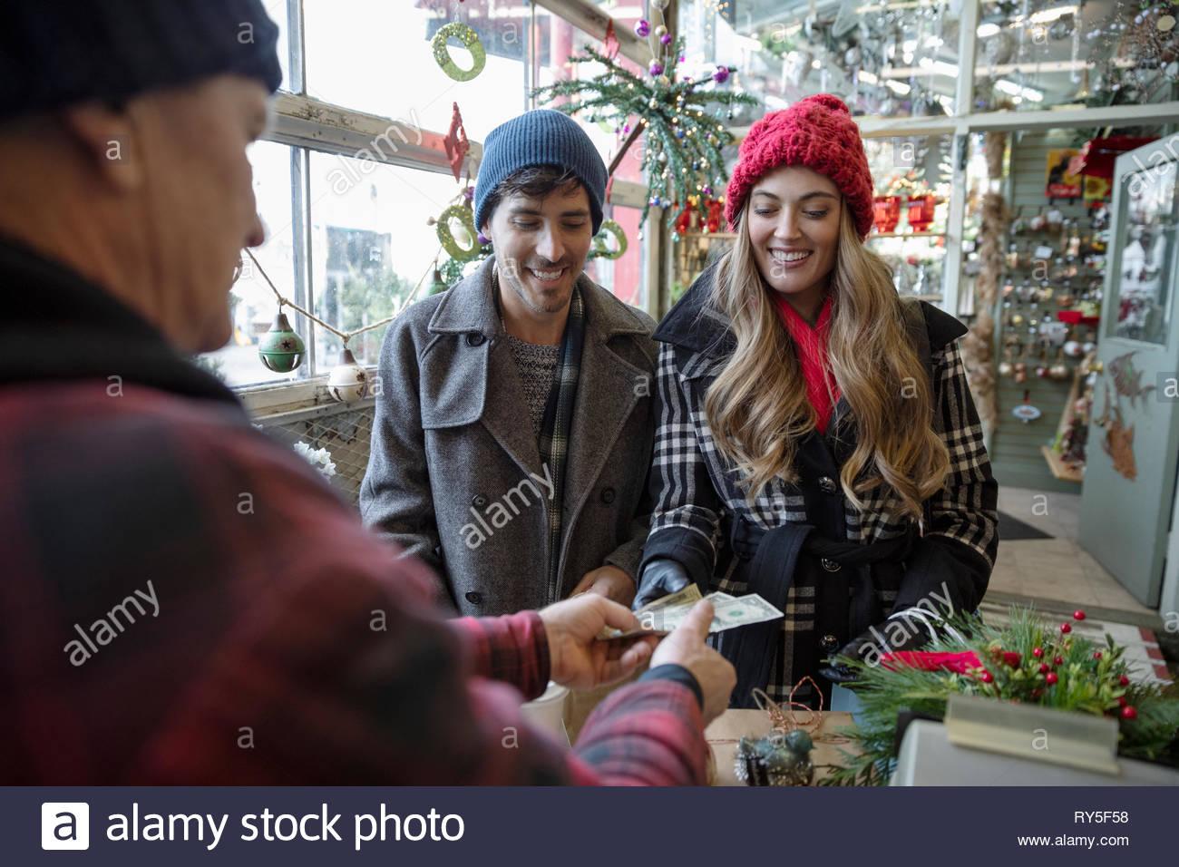 Giovane acquisto di decorazioni di Natale al mercatino di natale Immagini Stock