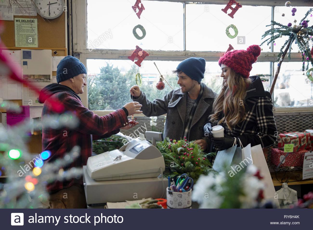 Giovane acquisto di Natale ornamenti e decorazioni a mercato Immagini Stock