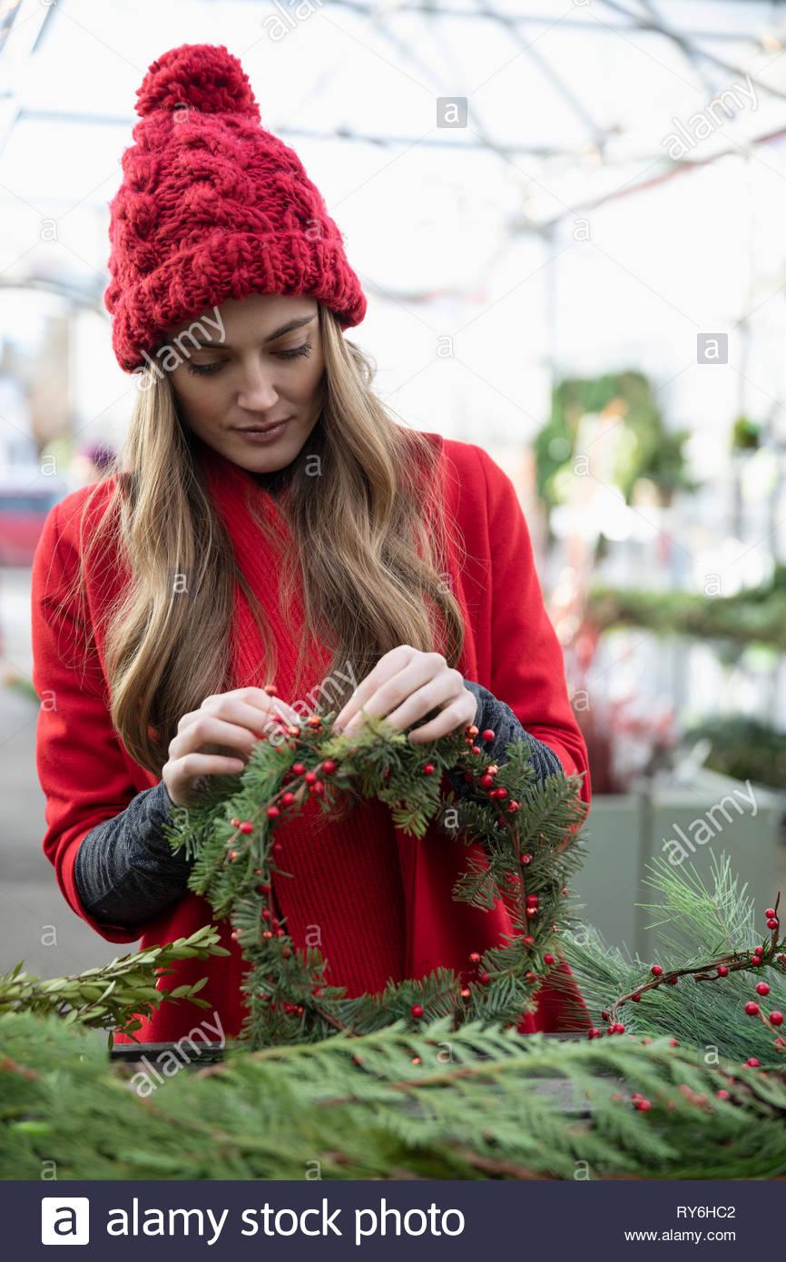 Donna che fa ghirlanda di Natale Immagini Stock