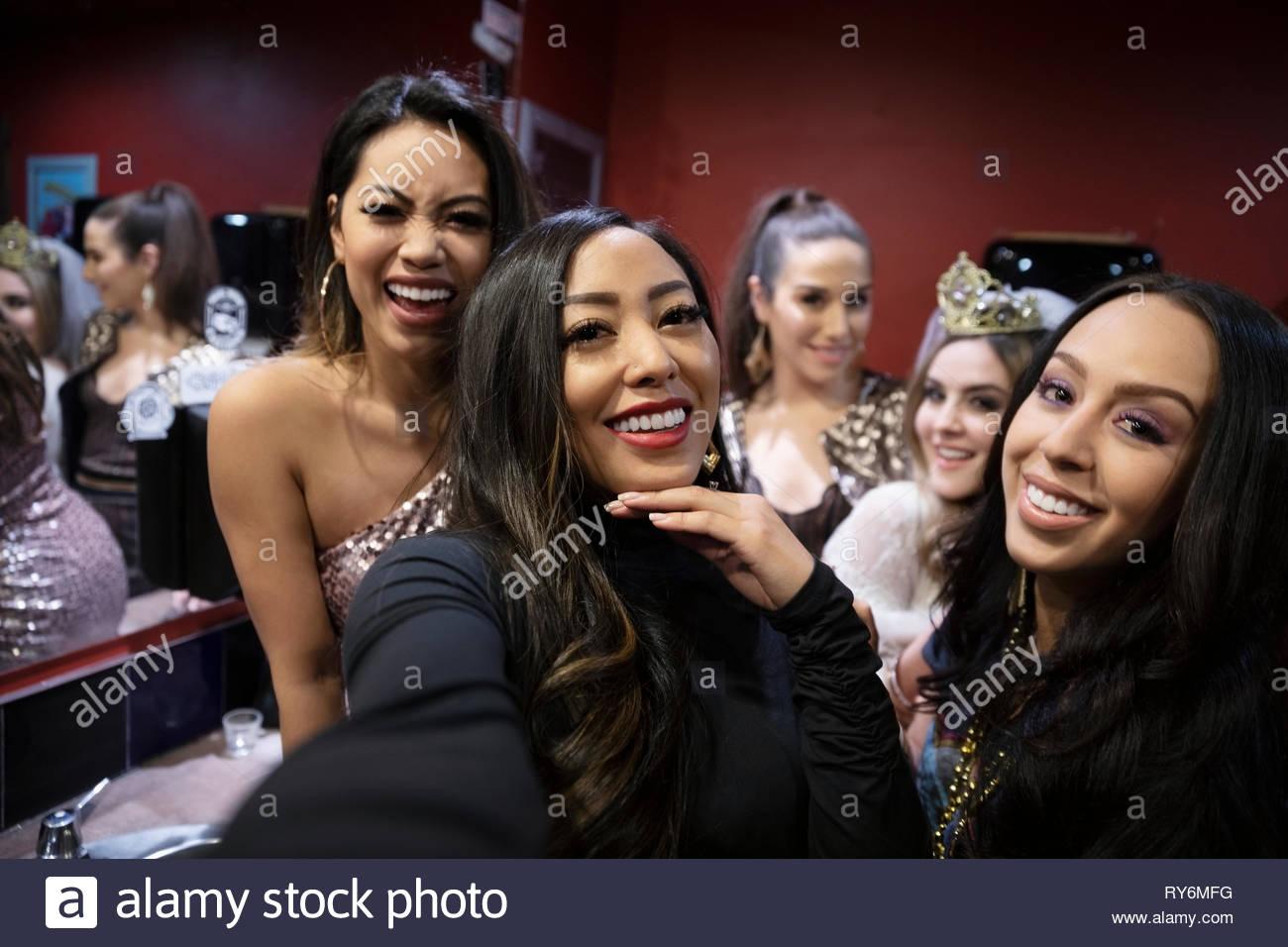 Selfie punto di vista le donne amici in discoteca bagno Immagini Stock