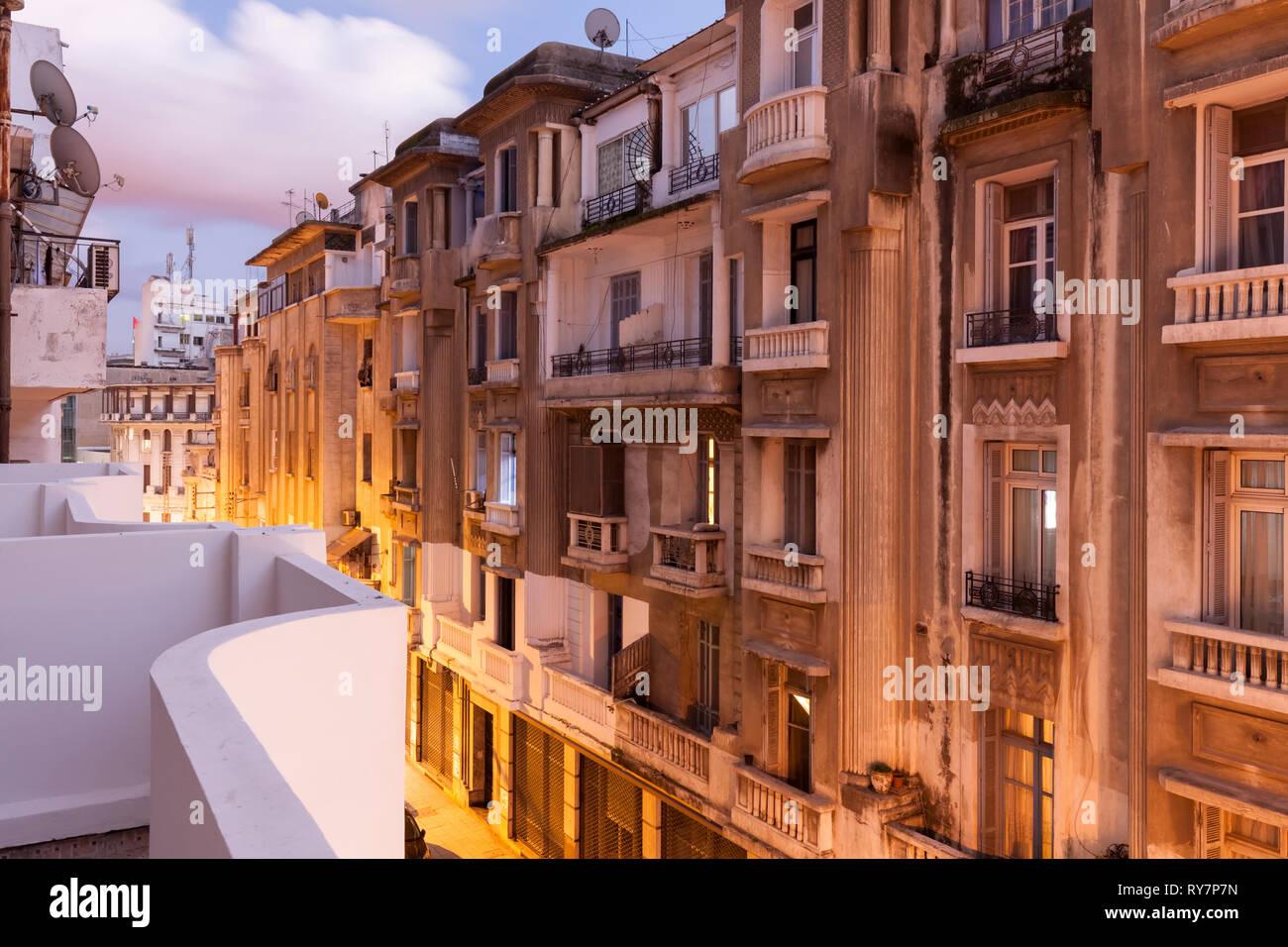 Edifici di appartamenti di notte lungo Rue Abou Soufiane. Casablanca, Casablanca-Settat, Marocco, Africa. Immagini Stock