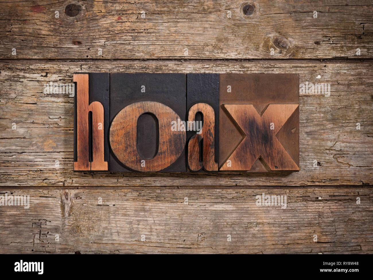 Falso, singola parola insieme con l'annata tipografia su blocchi di legno rustico sfondo Immagini Stock
