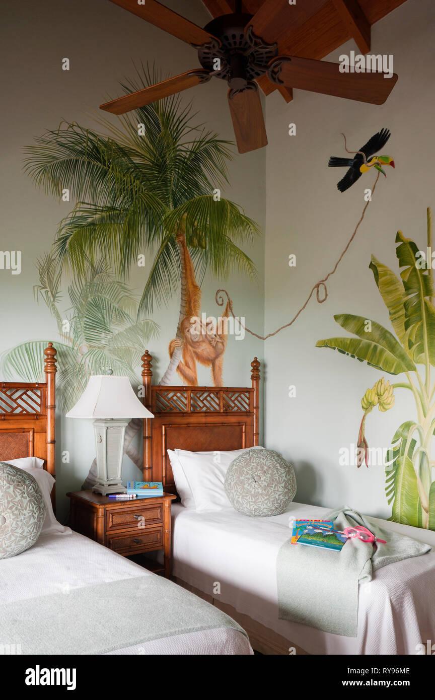 Single letti in camera da letto tropicale nel coperchio di ...