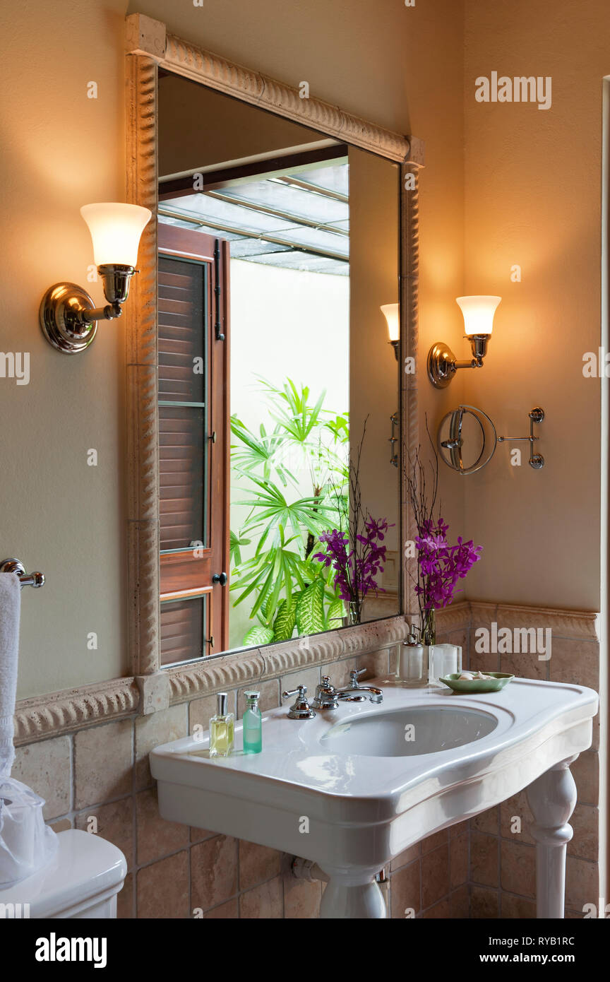 Luci Per Lo Specchio Del Bagno.Grandi Specchi Immagini Grandi Specchi Fotos Stock Alamy