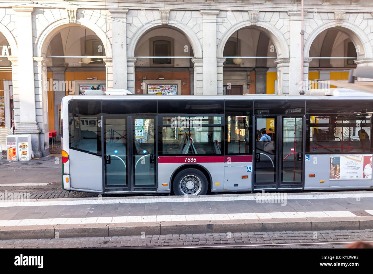 Roma, Italia - 6 Settembre 2018: Locale città italiana strada fuori ad alto angolo di visione locale di autobus pubblico itransportation nel rione Monti vicino a termine Immagini Stock