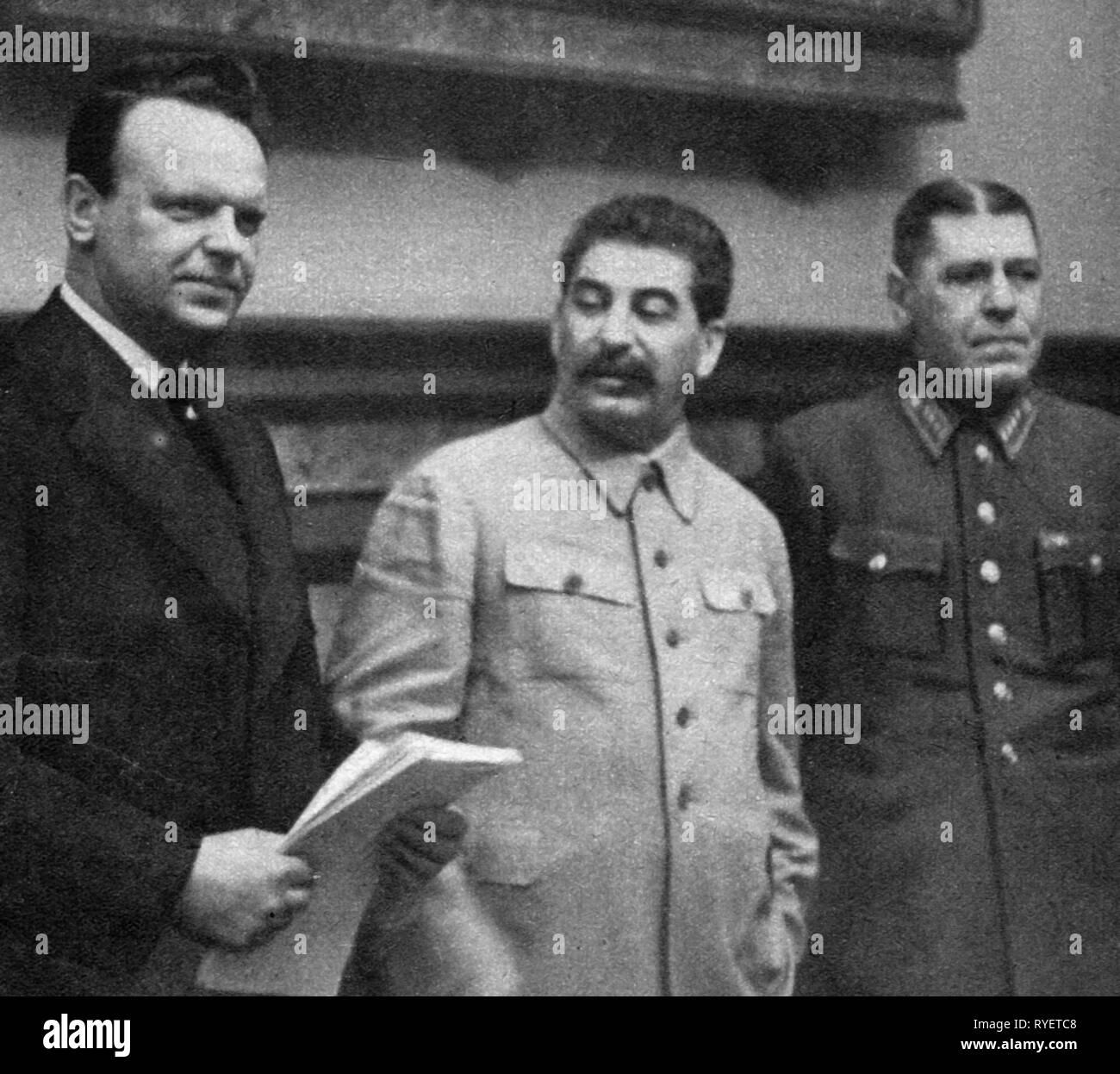Il nazismo / socialismo nazionale, politica German-Soviet trattato di non aggressione, 1939, dalla sinistra: l'ambasciatore sovietico in Germania Aleksey Shkvarzev, segretario generale la CPSU Joseph Stalin e capo di stato maggiore generale Boris generale Shaposhikov dopo la firma a Mosca, 24.8.1939, tedesco sovietico, Hitler - Stalin - patto Molotov Ribbentrop Patto Ribbentrop - Molotov - patto, patto Molotov-Ribbentrop, diplomazia, politica estera, politica estera, Russia, Unione Sovietica, URSS, Unione delle Repubbliche socialiste sovietiche, Germania Reich tedesco, Terzo Reich, persone , Additional-Rights-Clearance-Info-Not-Available Immagini Stock
