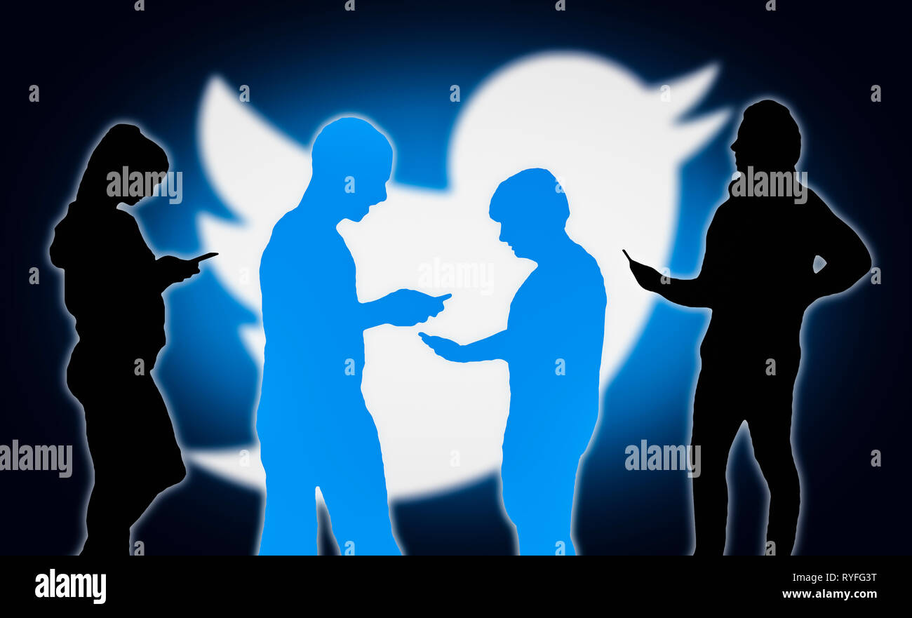 Sagome di un gruppo di persone con dispositivi mobili utilizzando l'applicazione Twitter. Immagini Stock
