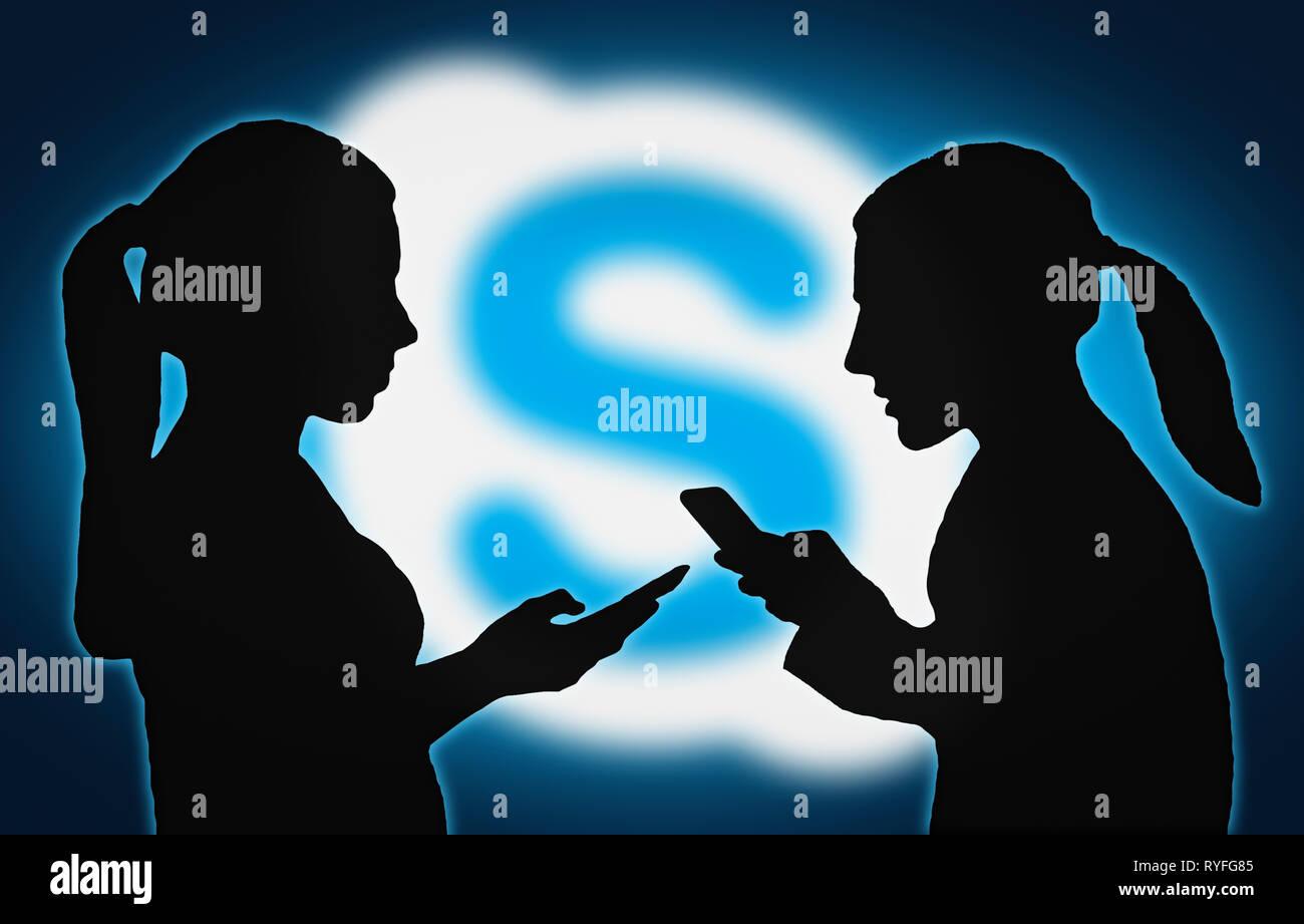 Sagome di un gruppo di persone con dispositivi mobili utilizzando le app di Skype. Immagini Stock