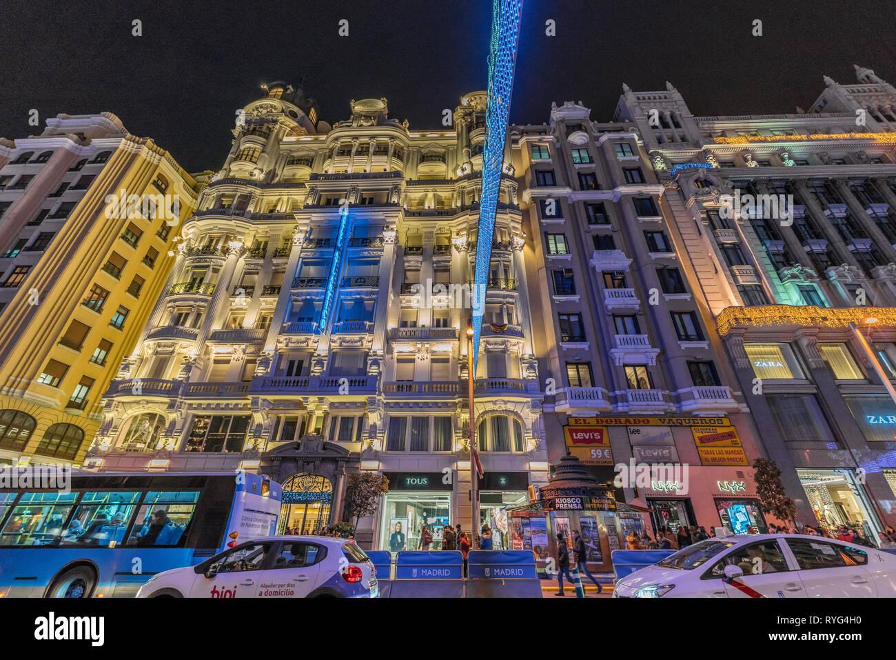 Madrid, Spagna - 26 Dicembre 2017 : Persone, attraversando la Gran Via street, gustano le luci di Natale decorazione e negozi durante il periodo natalizio. Madrid Immagini Stock