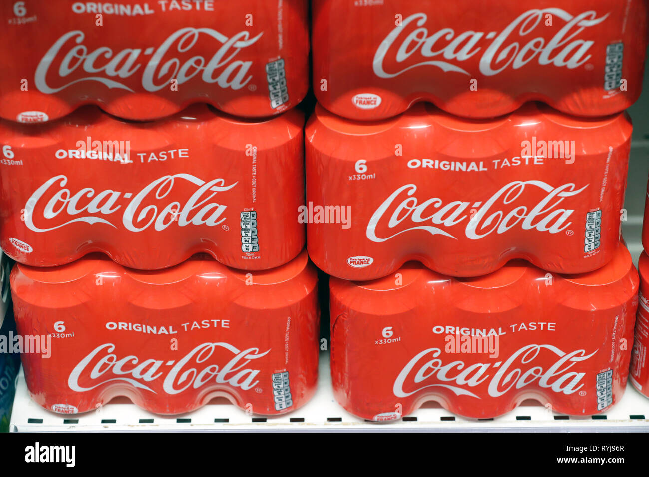 Bancarelle in fila al supermercato. Bevande analcoliche. Coca Cola. La Francia. Immagini Stock