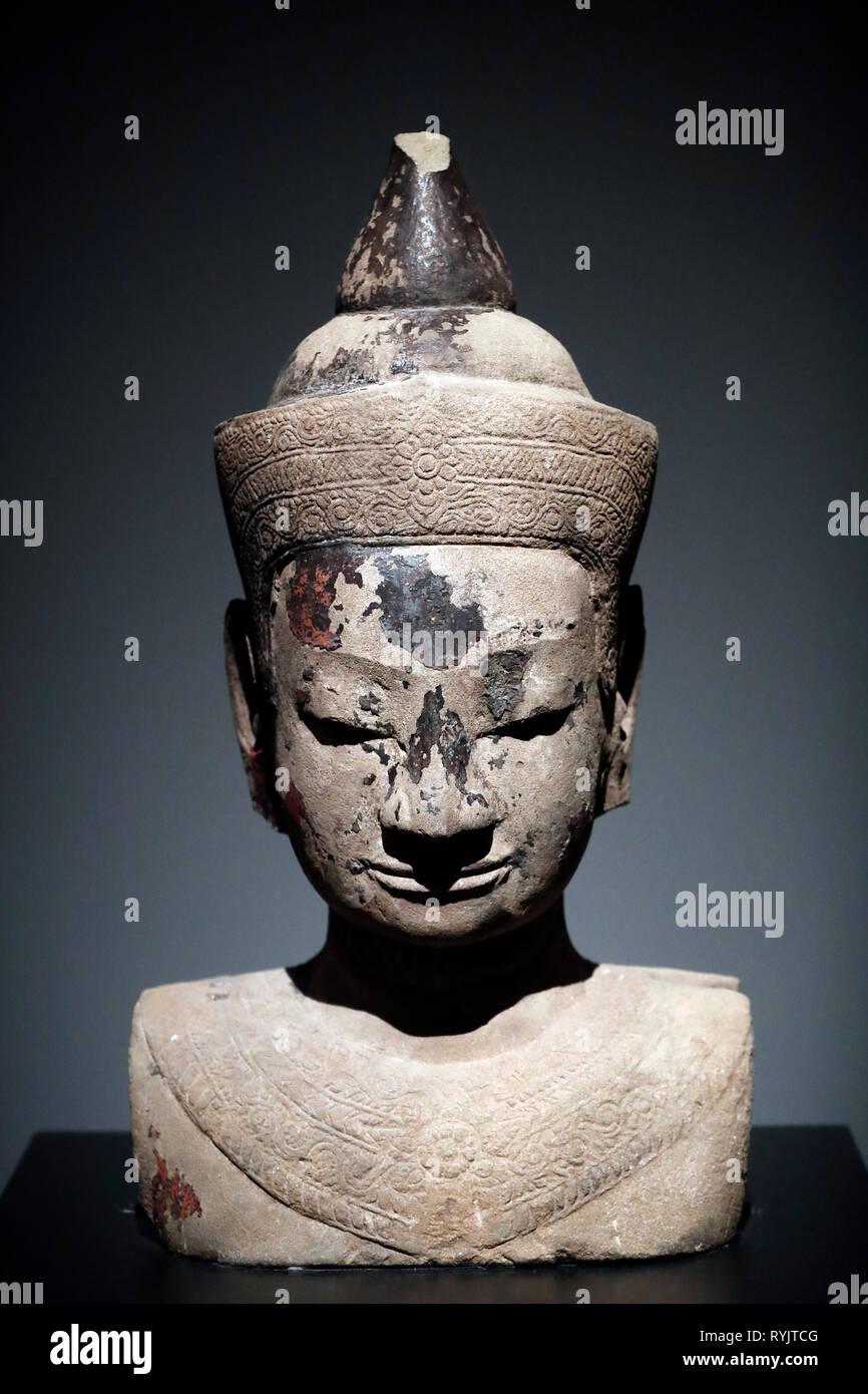 Al Museo della Civilizzazione Asiatica. Angkor. Esplorazione della Cambogia città sacra. Busto di un ornato Buddha. Cambogia, XV al XVII secolo. In arenaria. Singapor Immagini Stock
