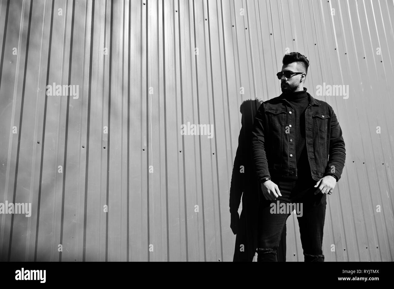 new style e416b feb48 Moda uomo arabo usura sul nero camicia di jeans e occhiali ...