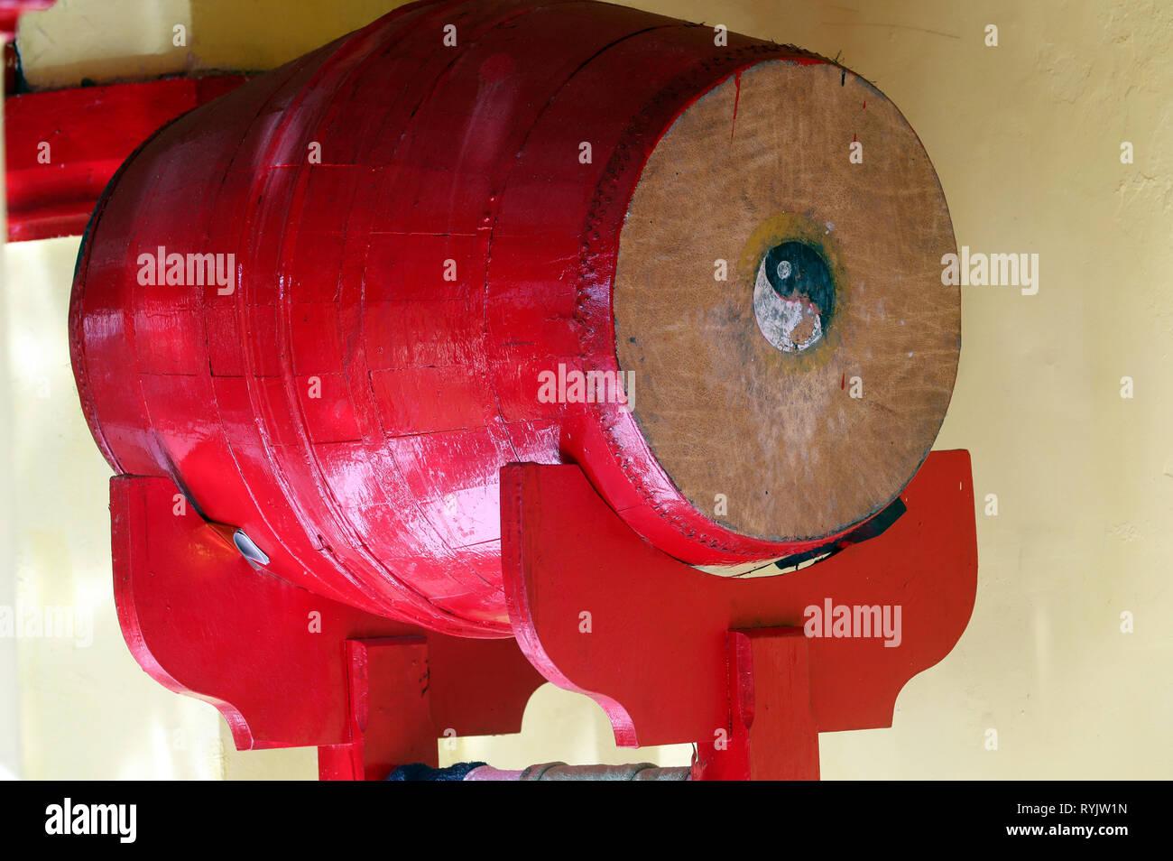 Rosso tamburo buddista con Ying e Yang simboli. Le ONGS Bon tempio buddista. Ha Tien. Il Vietnam. Immagini Stock