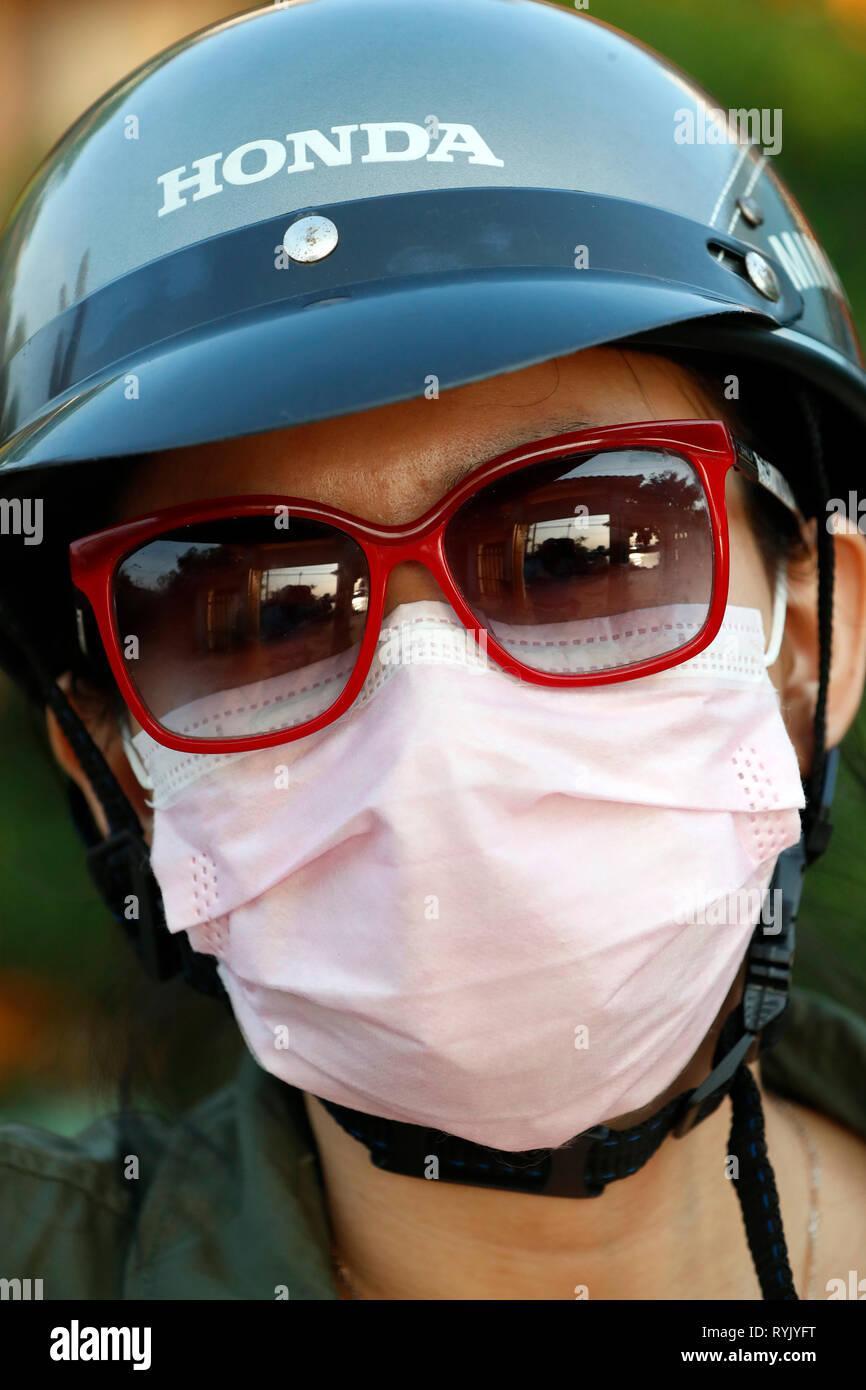 Ragazza vietnamita con il casco e la maschera. Ritratto. In Cai Be. Il Vietnam. Immagini Stock