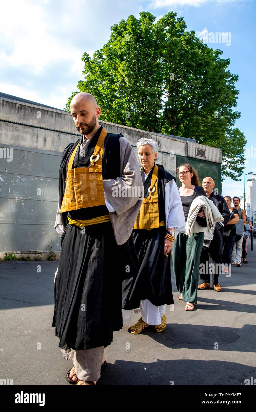 Zen sesshin (ritiro) a Parigi, Francia. In silenzio a piedi da un parco. Immagini Stock
