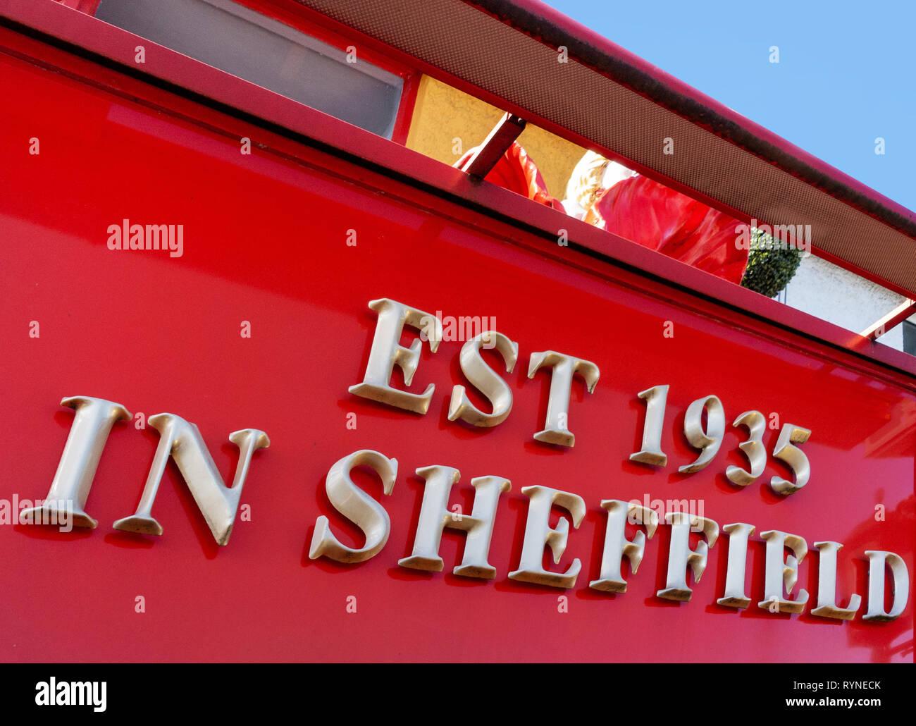 Oro brillante lettere fare un segno sul negozio di fronte dicendo Est 1935 a Sheffield Immagini Stock