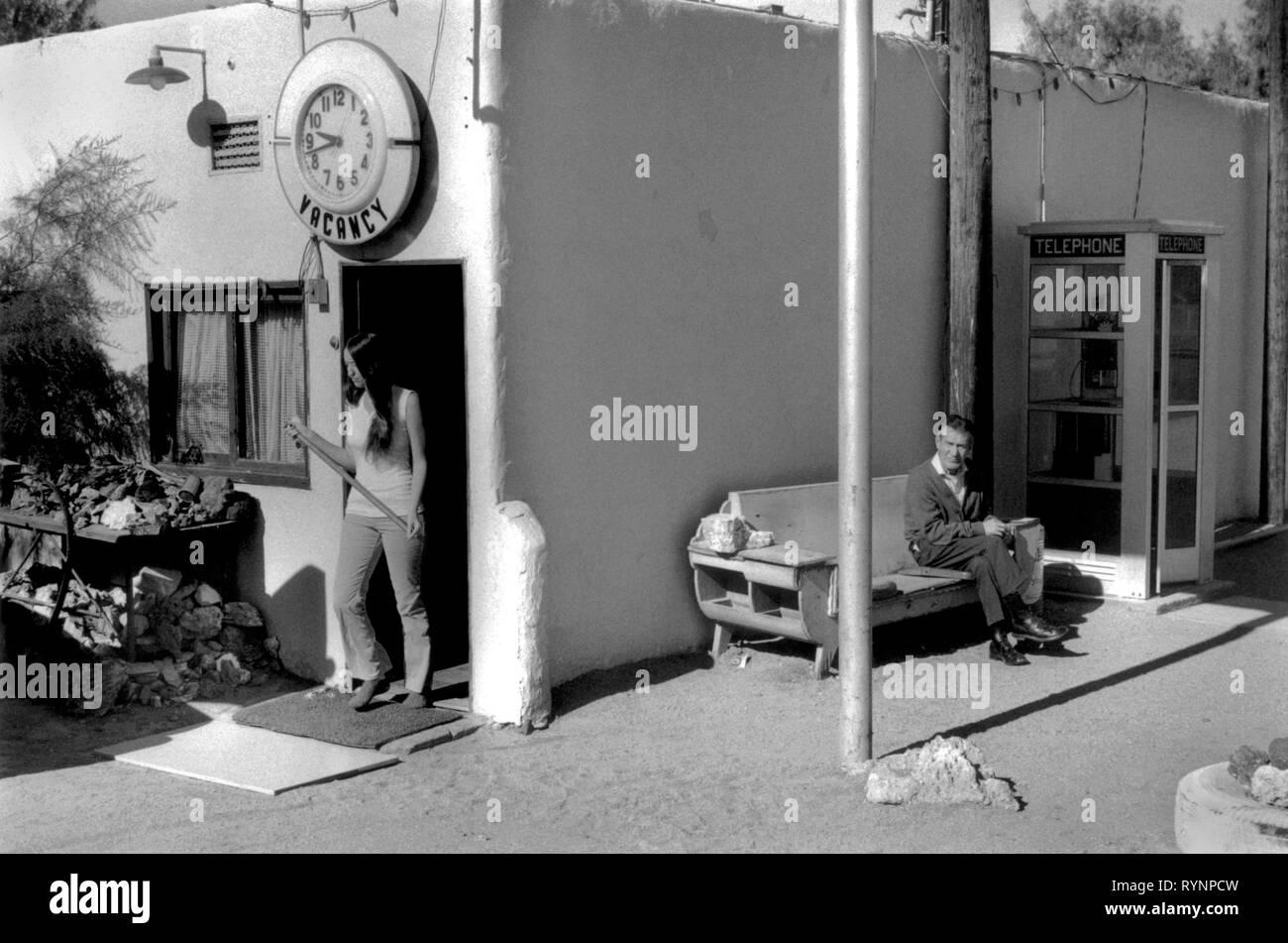 Donna lasciando motel. Il calicò California USA degli anni settanta anni settanta US STATI UNITI D'AMERICA HOMER SYKES Immagini Stock