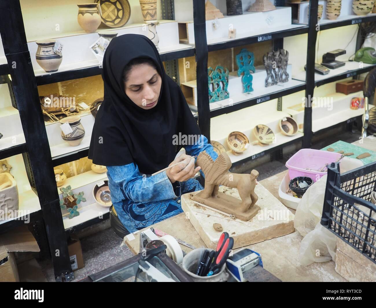 Potter lavorando su creta figura, alato essendo mitologico, Susa, Chuzestan Provincia, Iran Immagini Stock
