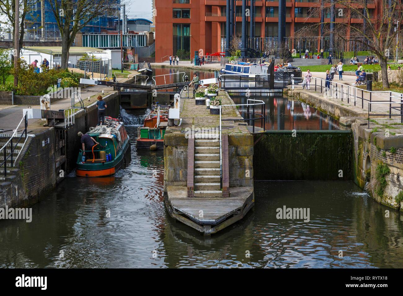 Il 1819 St Pancras Lock sul Regent's Canal a Londra, UK.destinazione popolare per i turisti. Immagini Stock