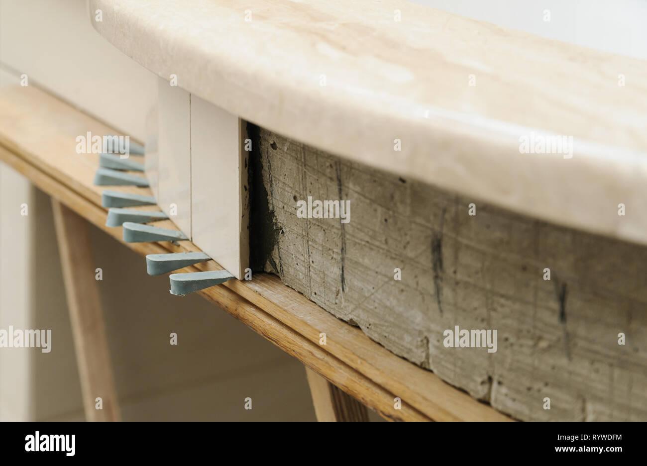 Le piastrelle di ceramica installato sulla parete curva e