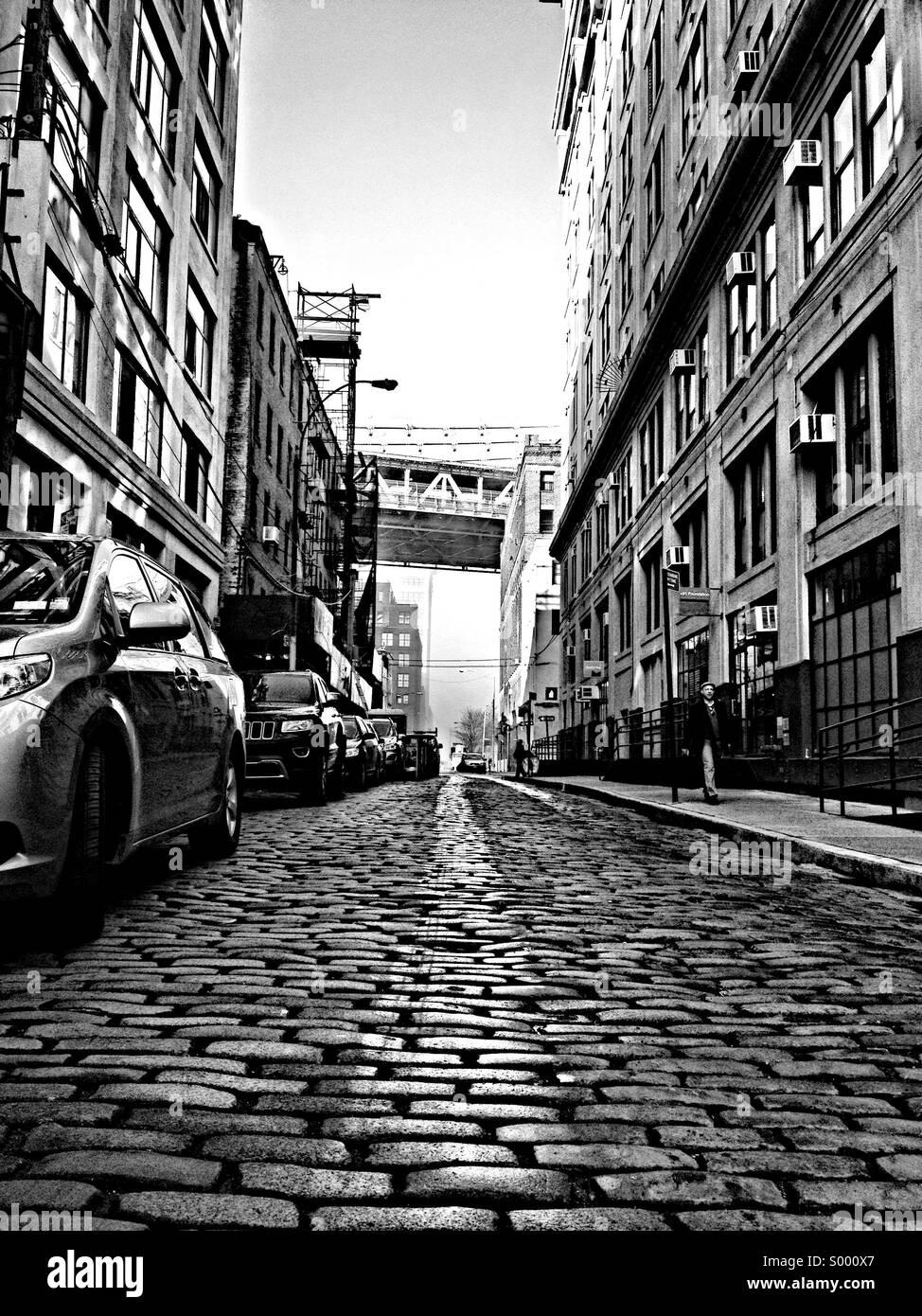 Plymouth Street di fronte al ponte di Manhattan. Dumbo quartiere di Brooklyn, NY Immagini Stock
