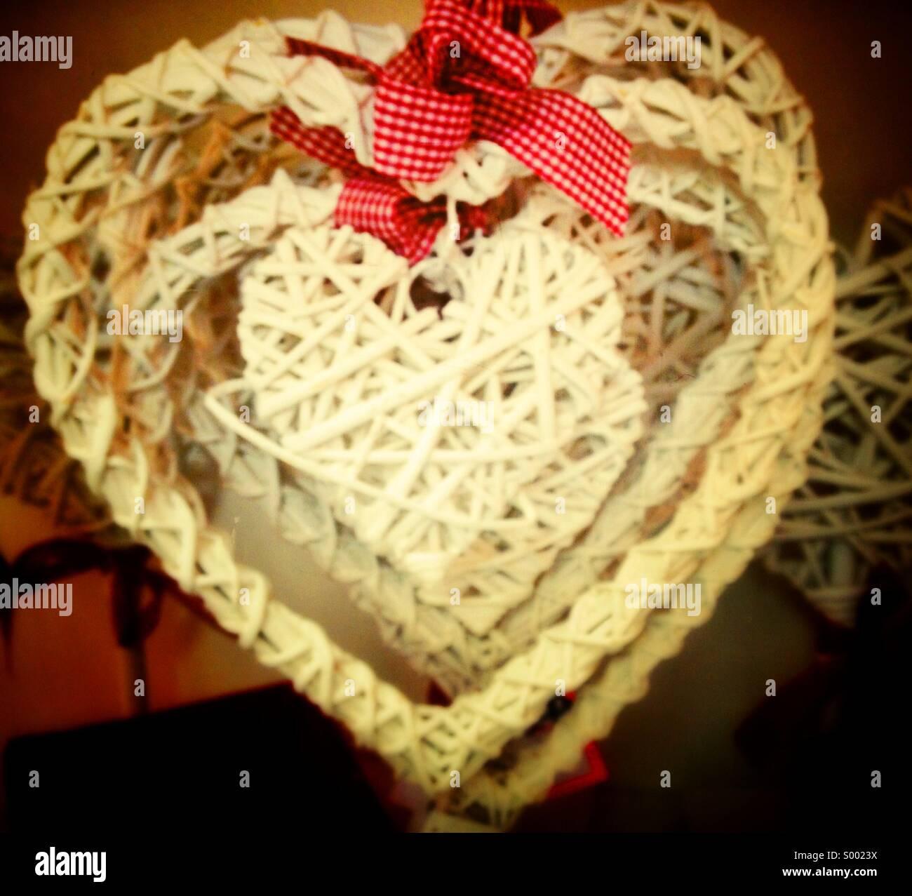 Happy Valentine, a forma di cuore la merce in vimini Immagini Stock