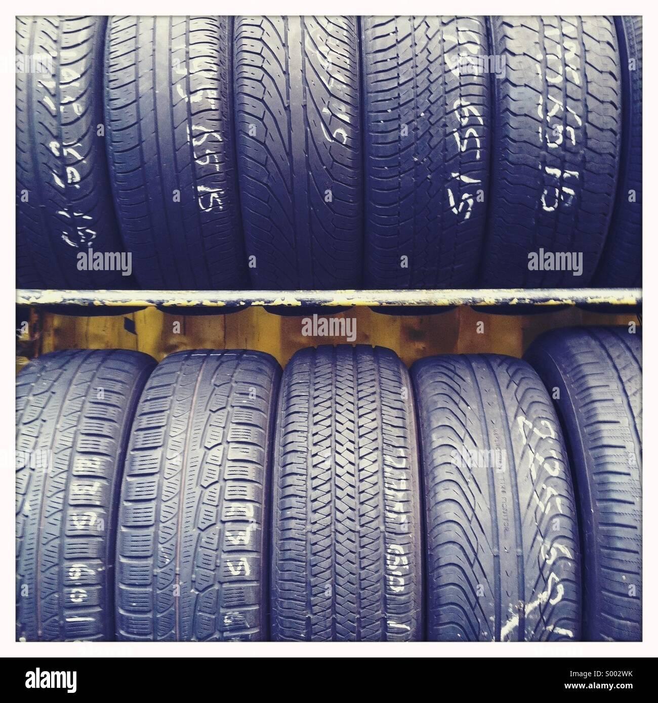 Ripiani di gomma nera pneumatici per automobile Immagini Stock
