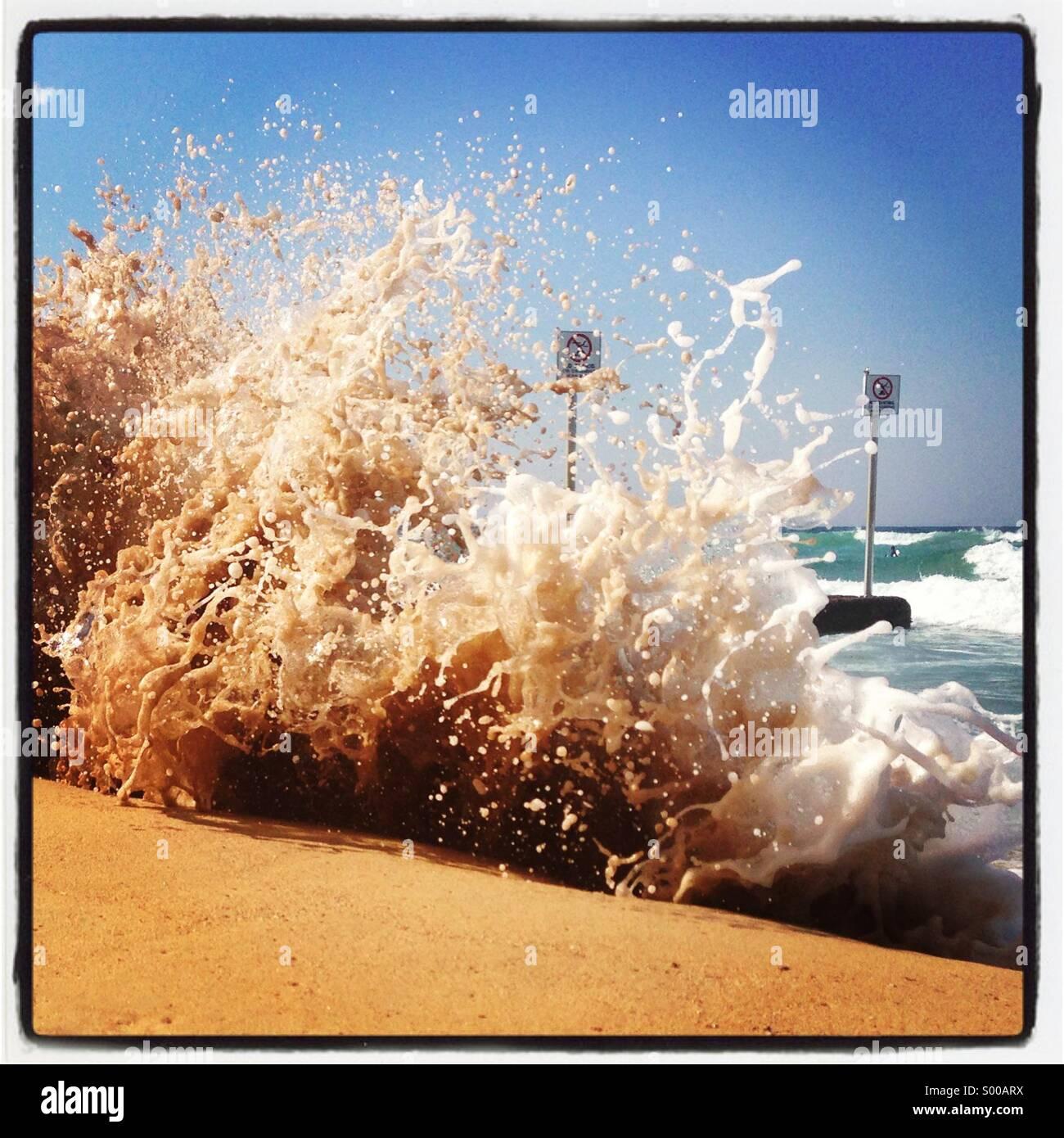 Grandi onde spumeggianti sulla spiaggia di Manly, Sydney, NSW, Australia Immagini Stock