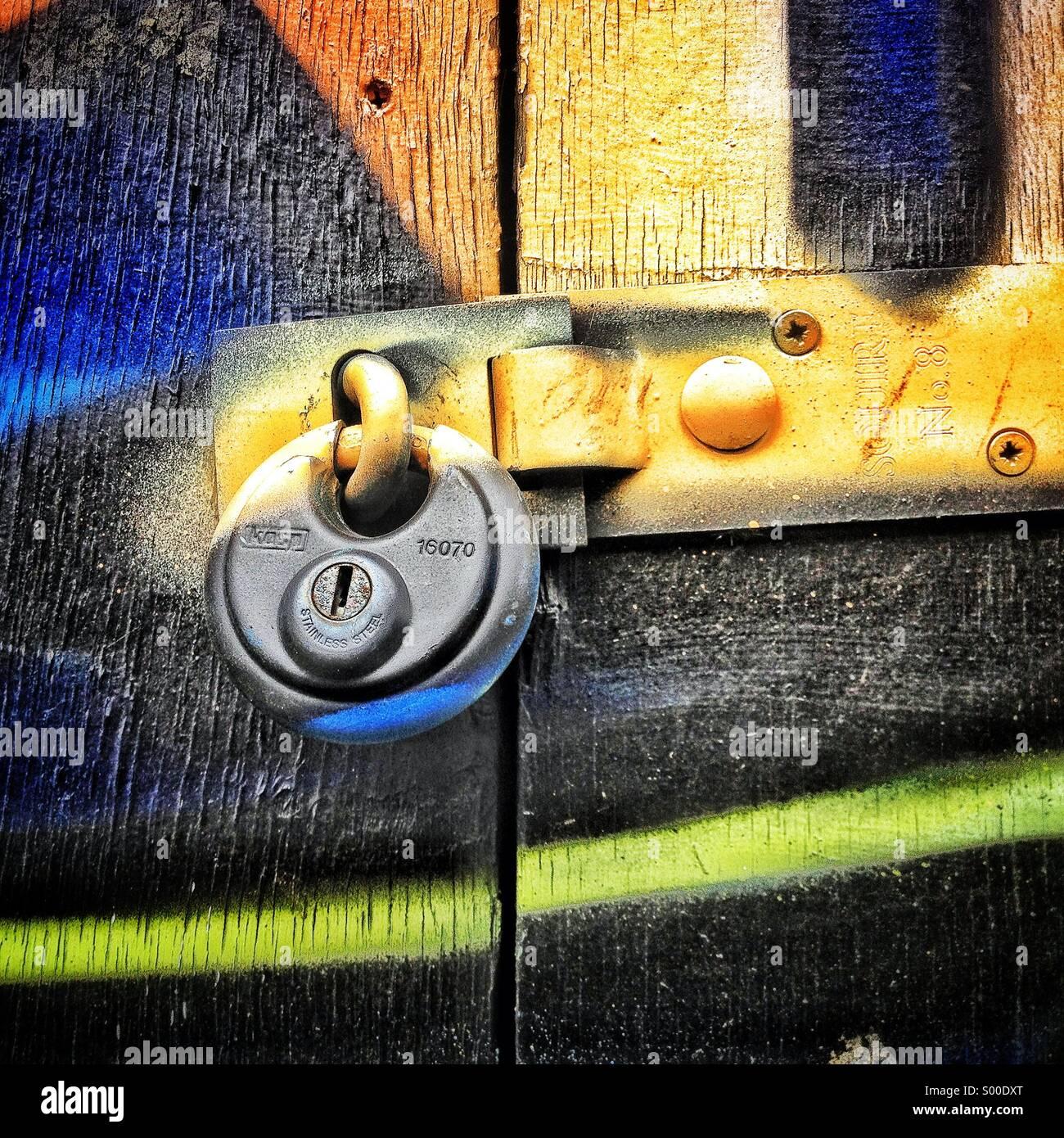 Graffiti sulla serratura della porta Immagini Stock