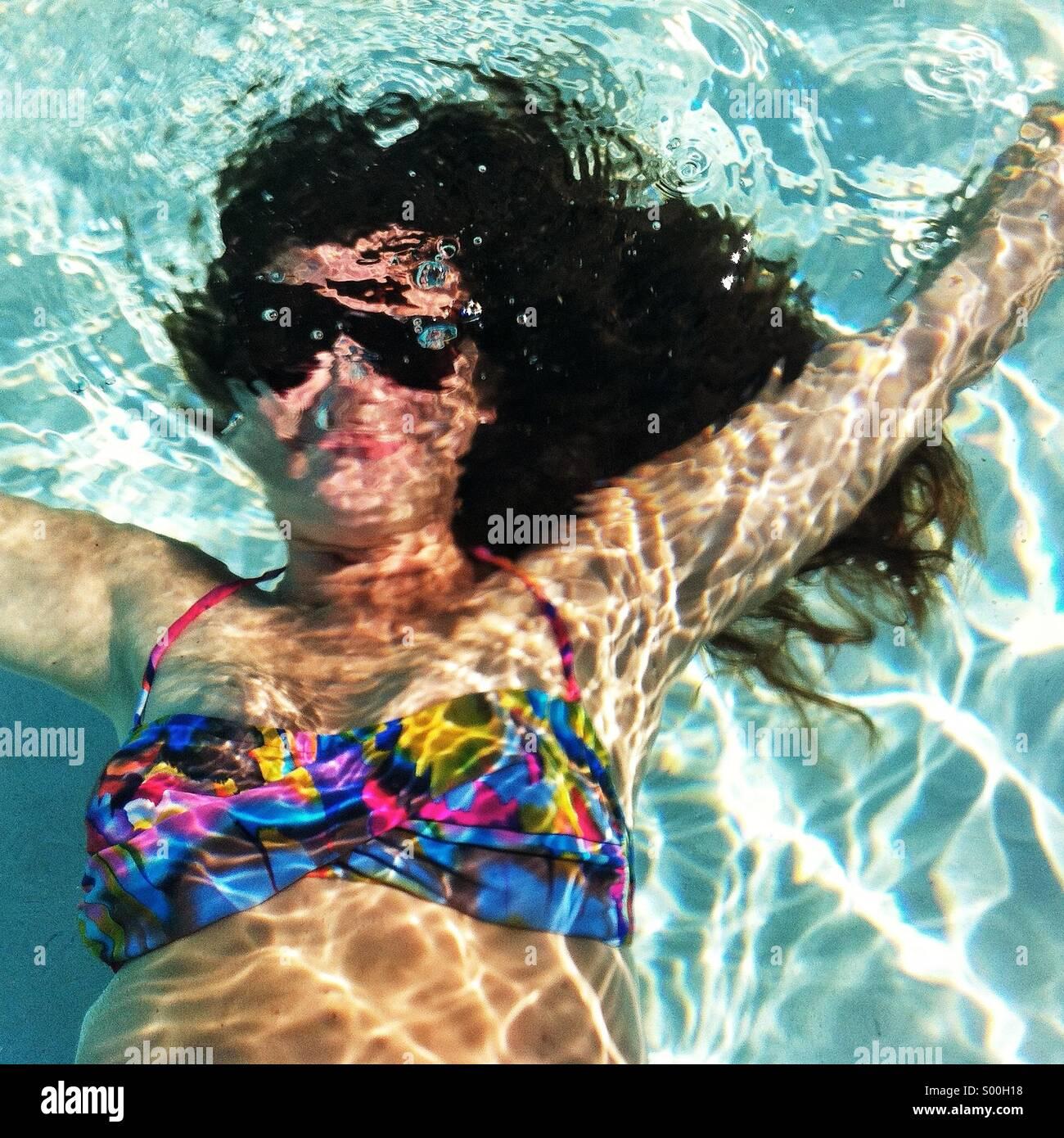 Ragazza in subacquea colorato costume da bagno Immagini Stock