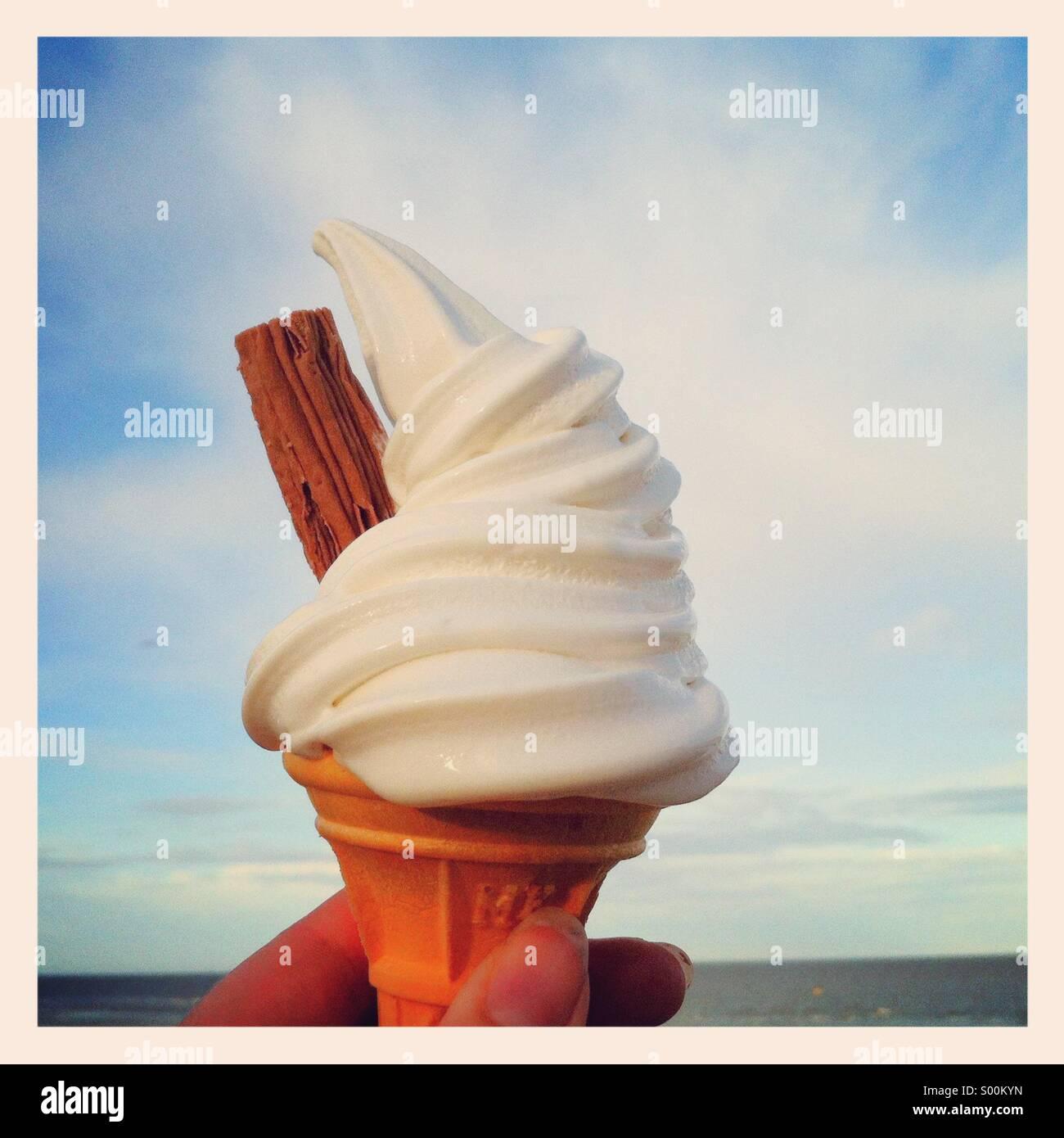 99 gelato in riva al mare Immagini Stock
