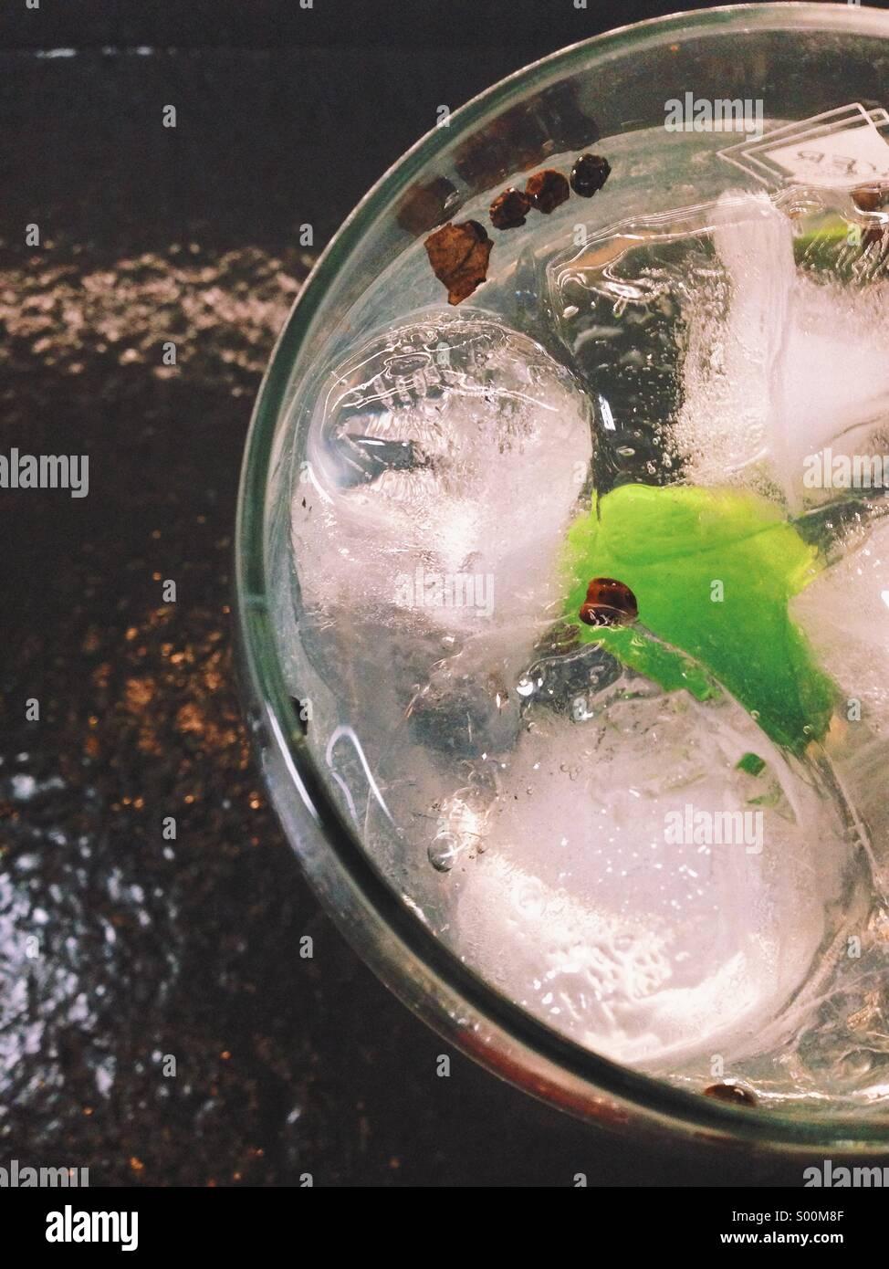 Cocktail denominato gintonic speziato con calce e pepe Immagini Stock