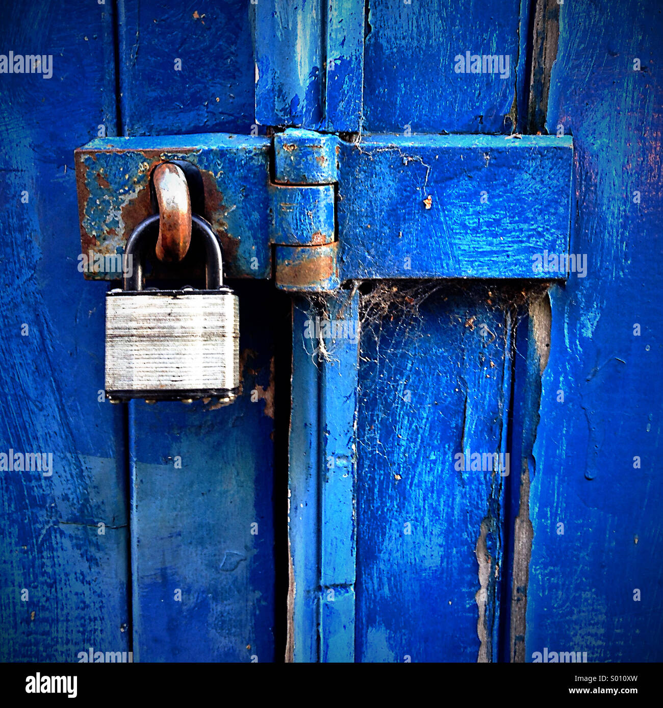 Lucchetto contro shocking blue porte in legno Immagini Stock