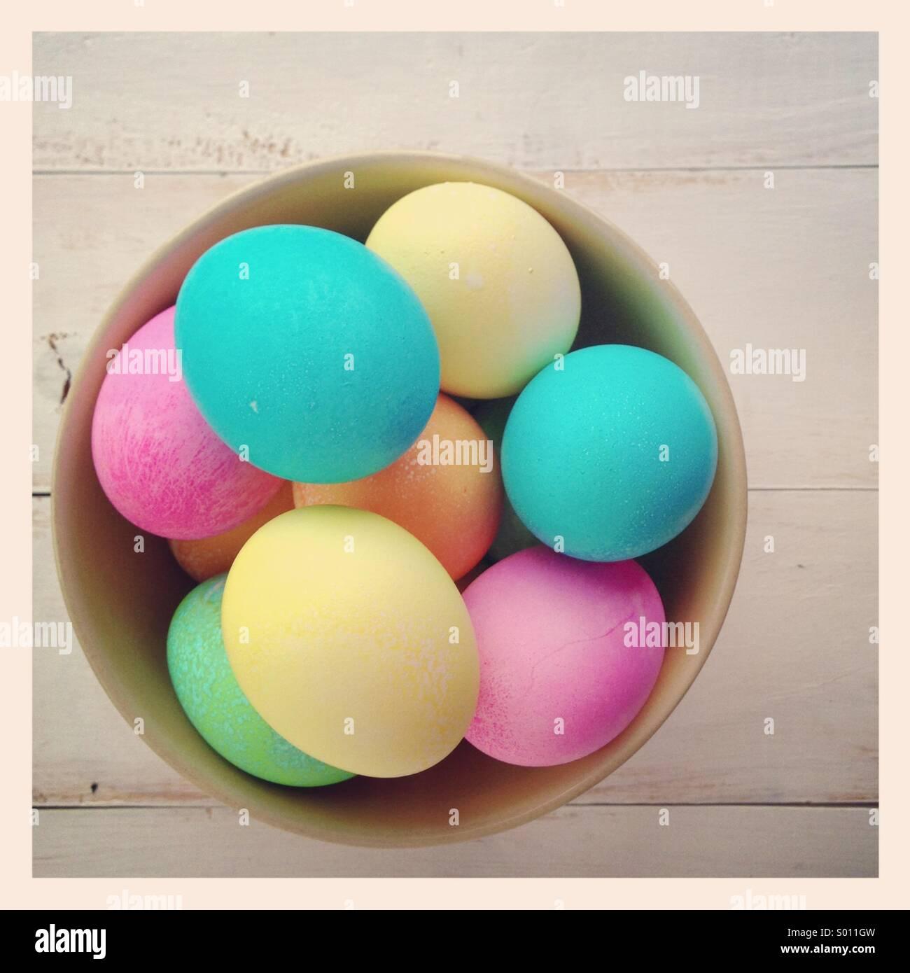 Tinti di uova di pasqua in una ciotola Immagini Stock