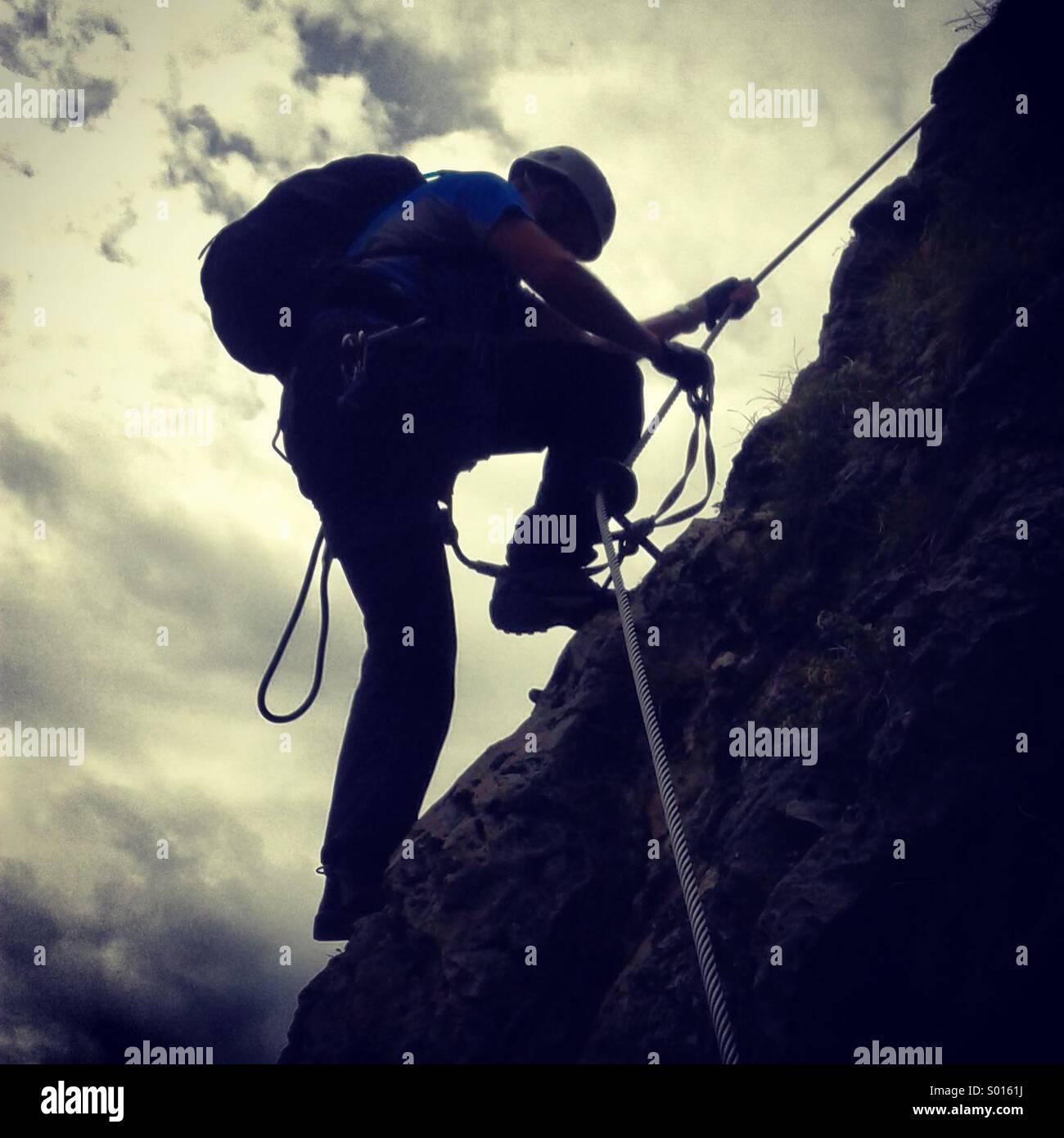 L'alpinista, Via Ferrata, Dolomiti, Italia. Foto Stock