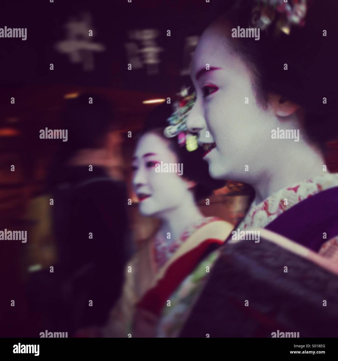 2 geisha ragazze sul loro modo in Kyoto Immagini Stock