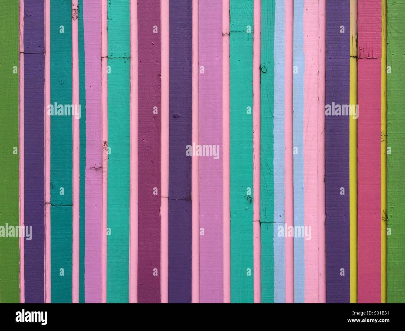 Multi pezzi colorati di legno sul lato di un edificio moderno. Immagini Stock