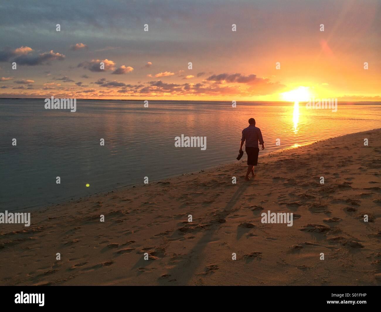 Tramonto a piedi lungo la spiaggia a Rarotonga Isole Cook Immagini Stock