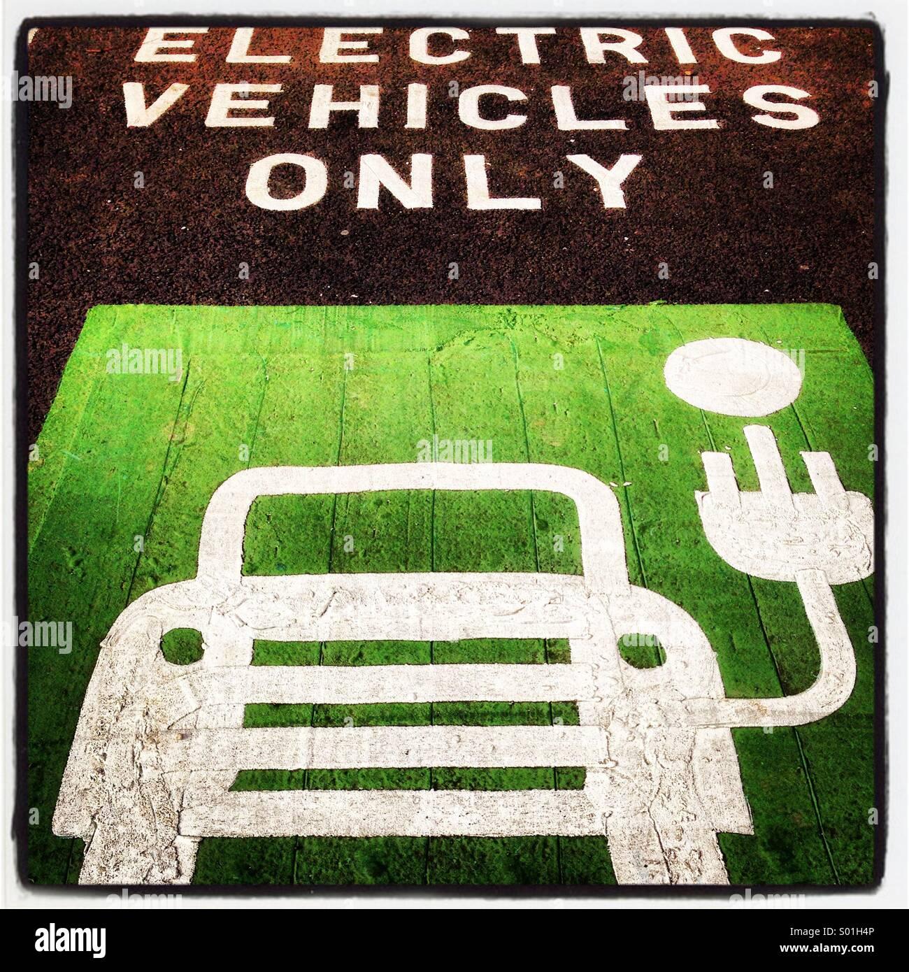 Spazio parcheggio e punto di ricarica per i veicoli elettrici. Immagini Stock