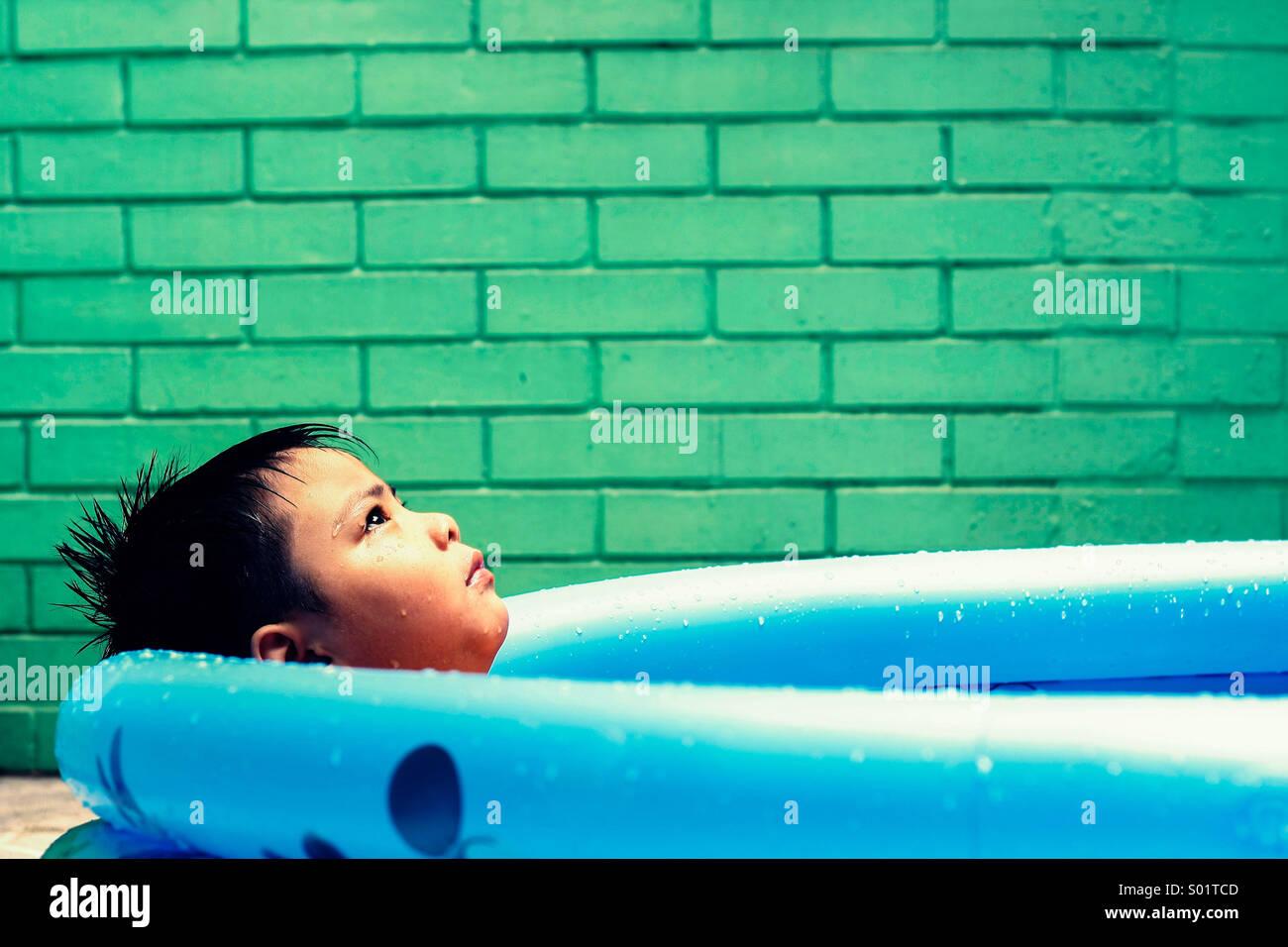 Il capretto in una piscina per bambini Foto Stock