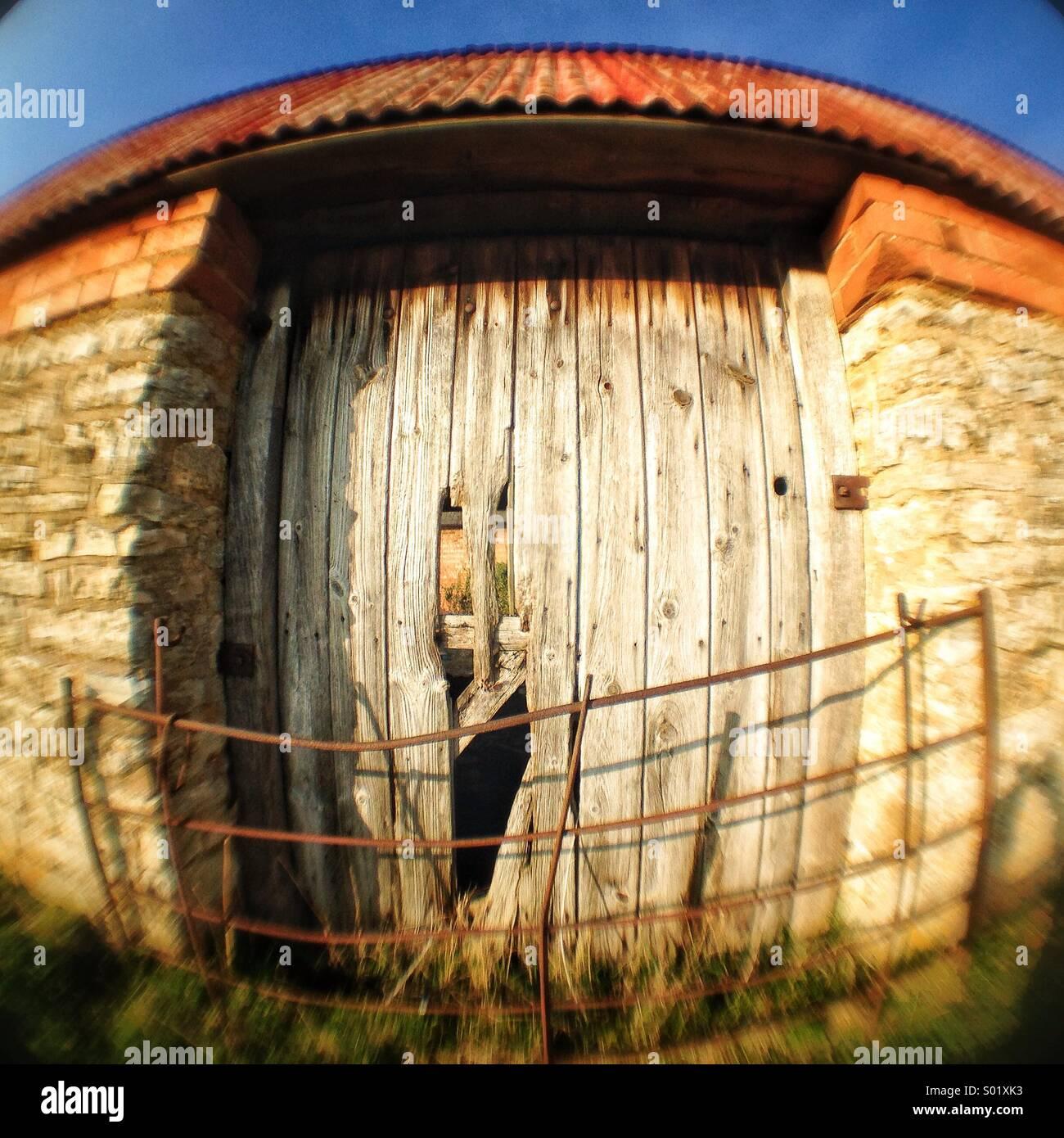 Vecchia porta di legno nel fienile Immagini Stock