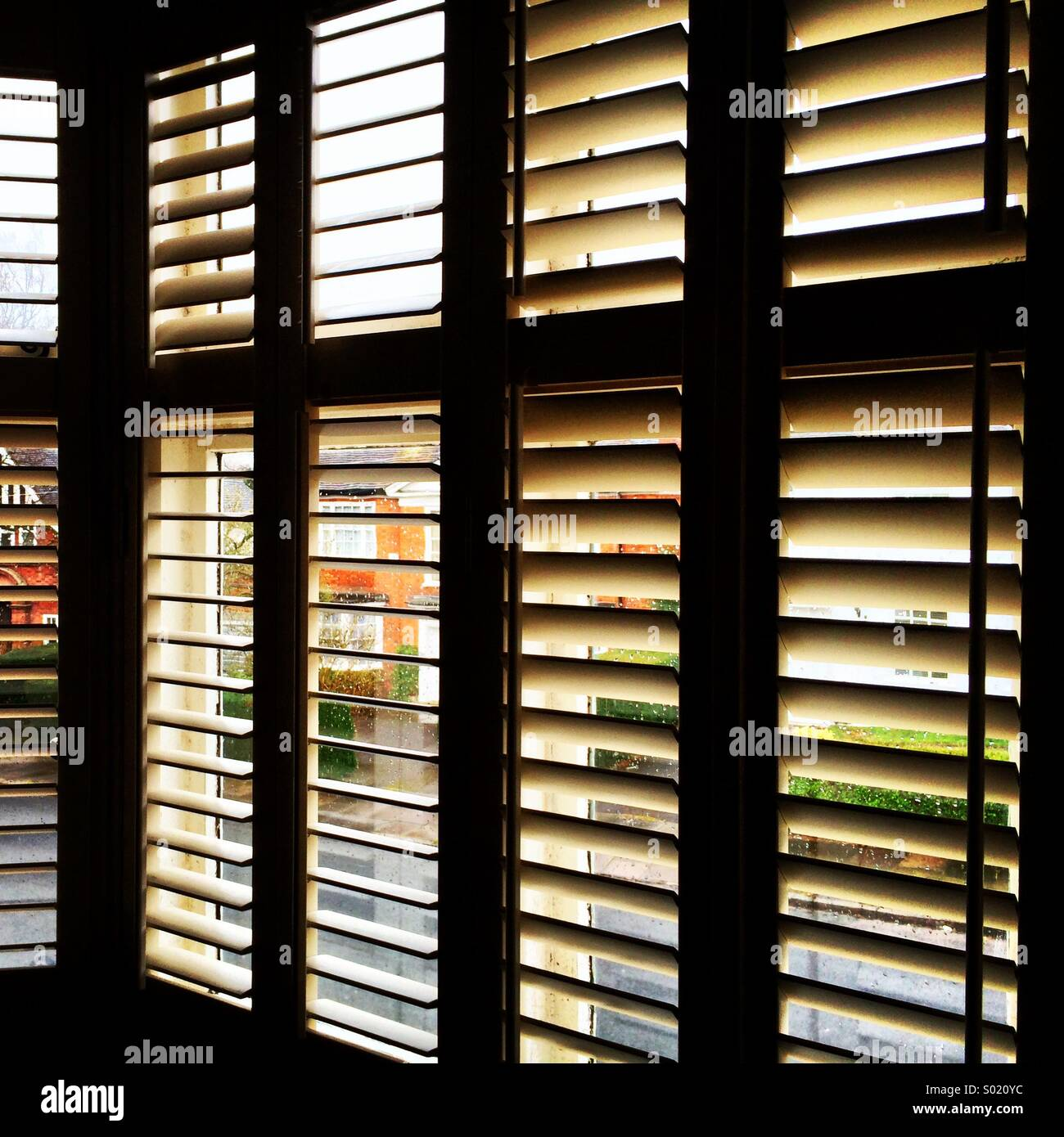 Aprire persiane alle finestre in corrispondenza di un angolo. Immagini Stock