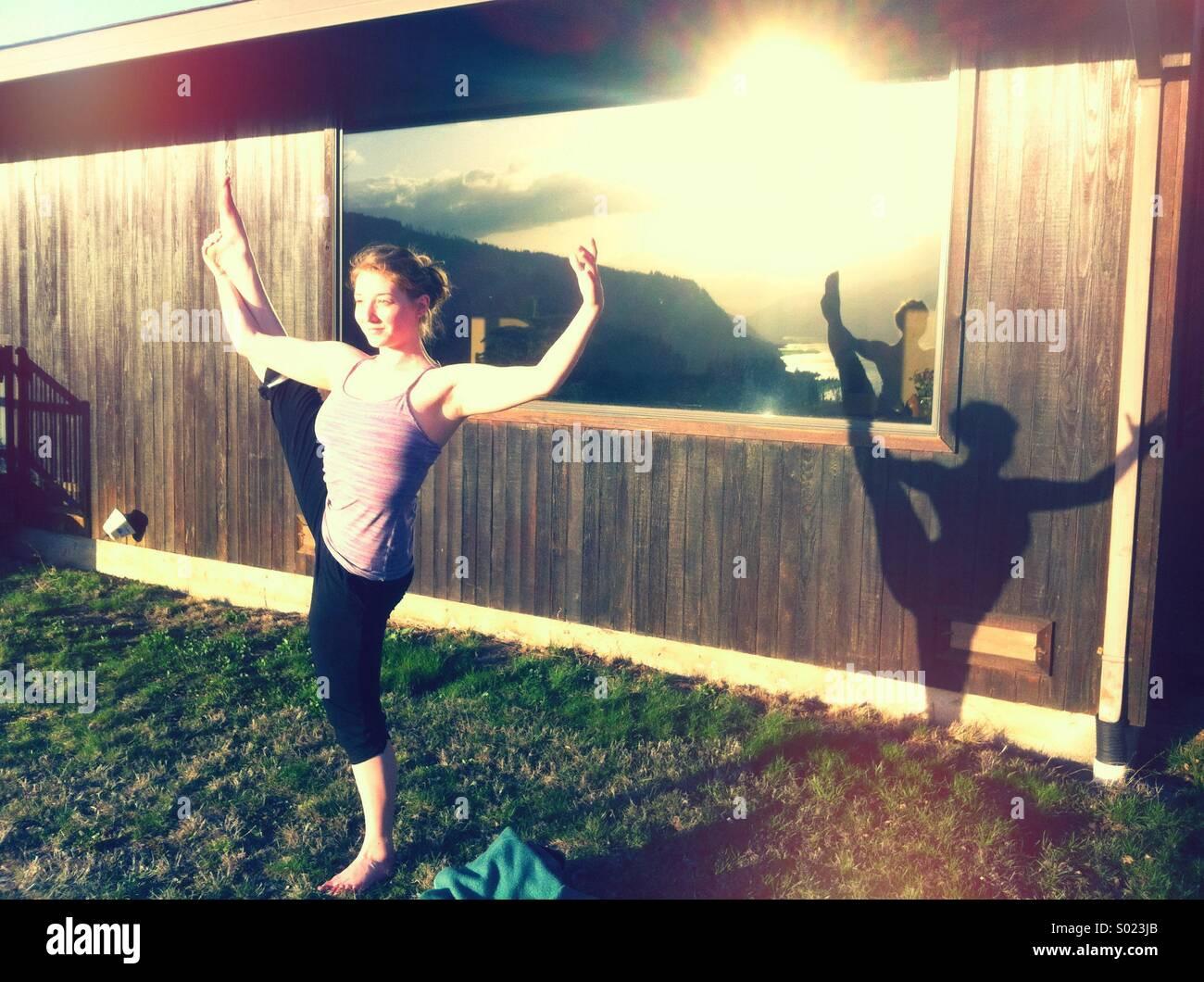 La donna a praticare lo yoga al di fuori Immagini Stock
