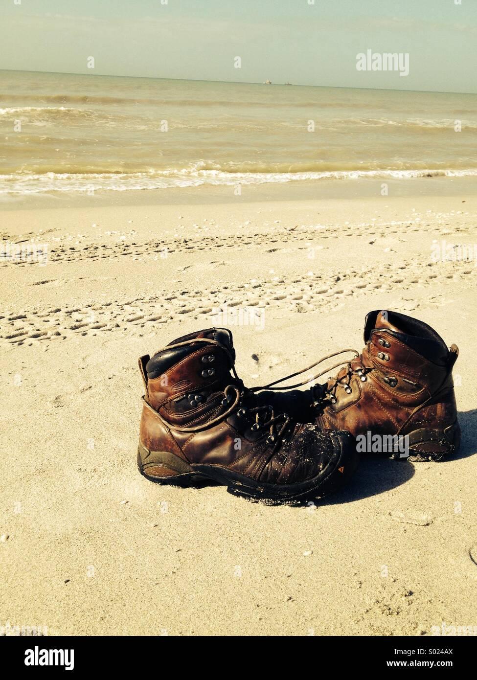Stivali sulla spiaggia Immagini Stock